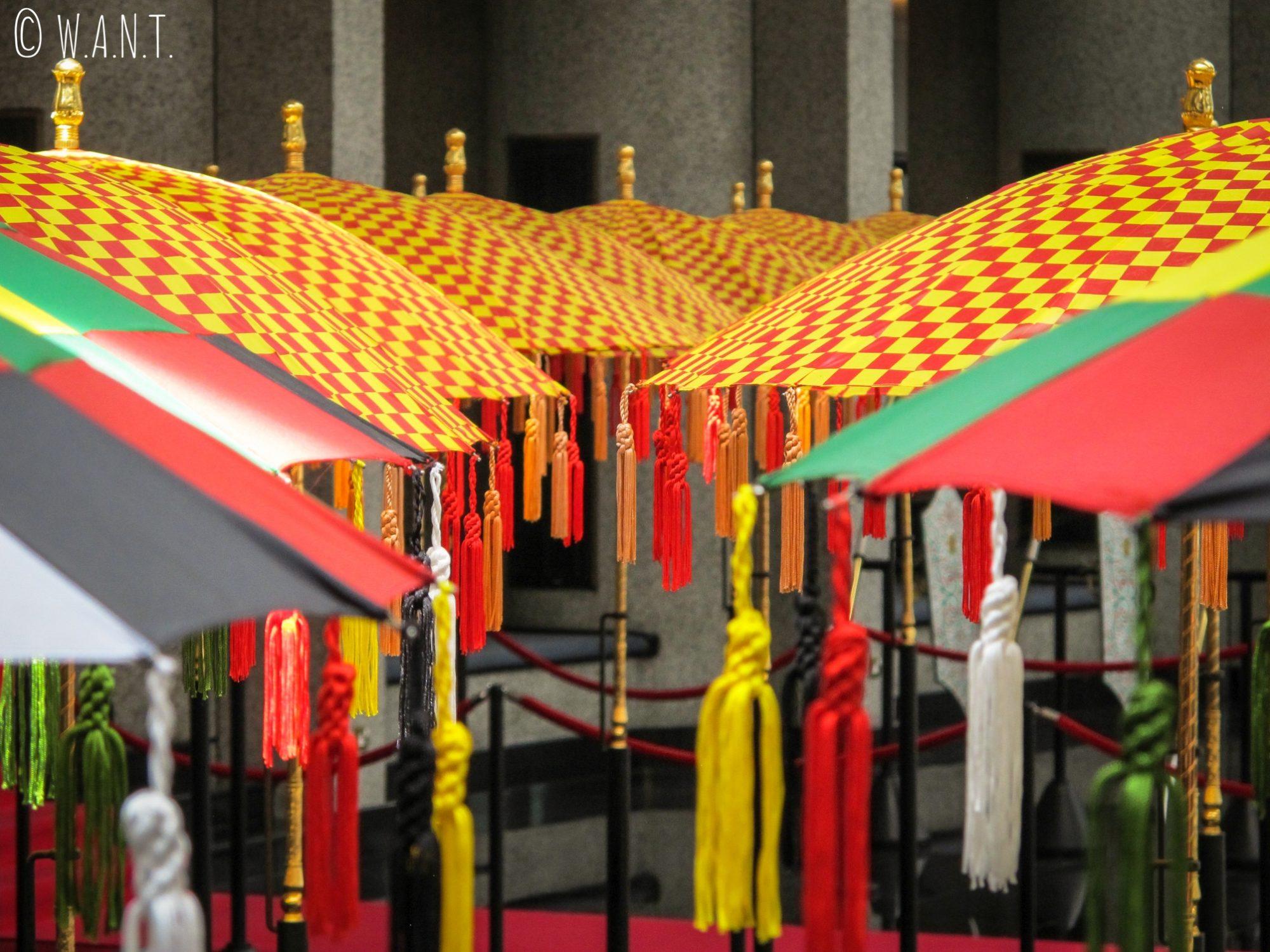 Gros plan sur des parasols à l'intérieur du Royal Regalia Museum de Bandar Seri Begawan