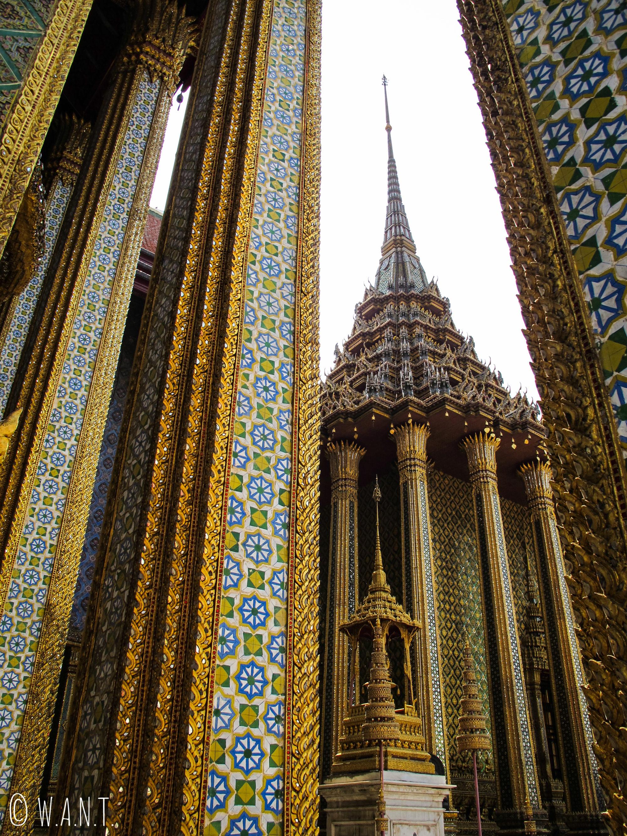 Gros plan sur l'architecture atypique du Palais Royal de Bangkok