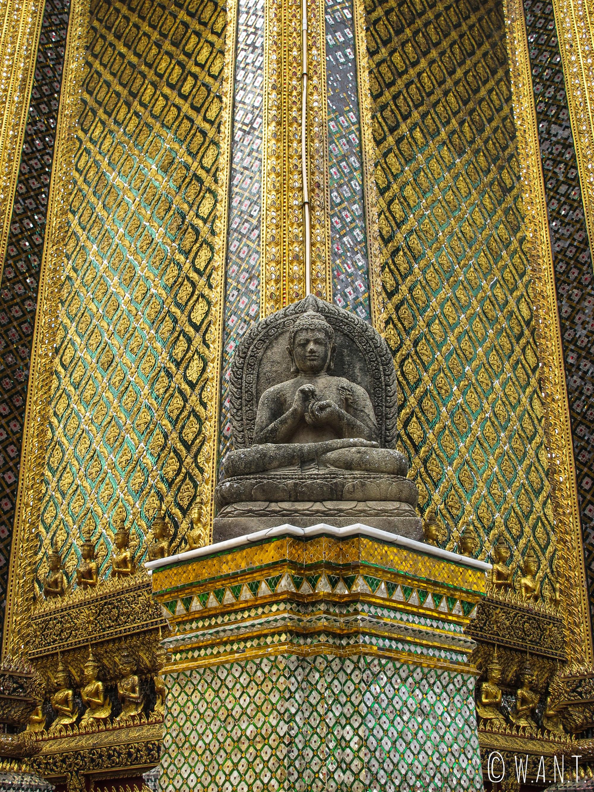 Gros plan sur le temple principal dans l'enceinte du Palais Royal de Bangkok