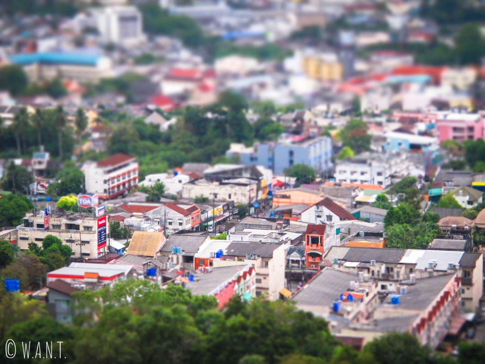 Gros plan sur les constructions depuis le point de vue Khao Rang Hill de Phuket