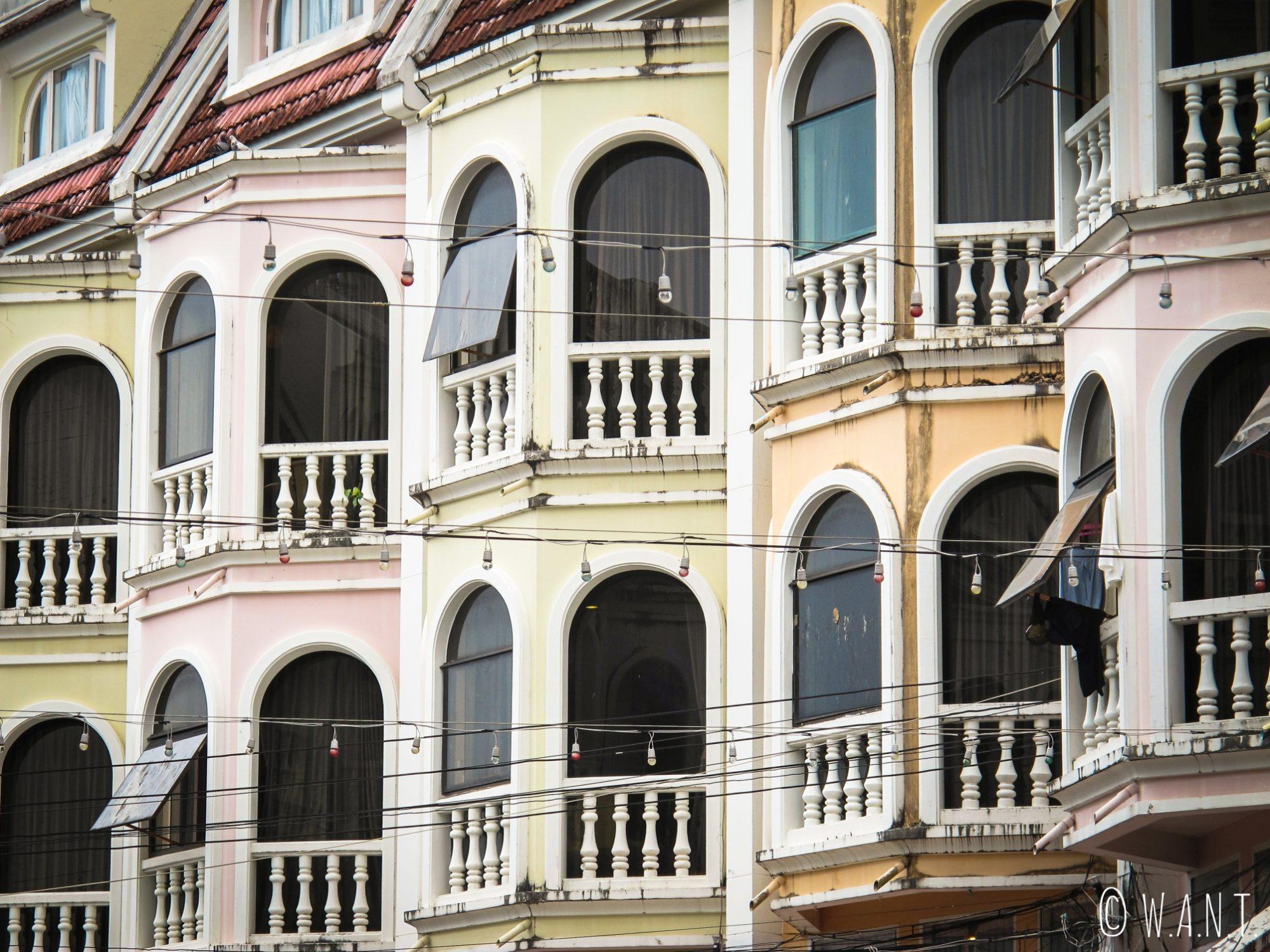 Gros plan sur les façades des maisons dans Old Phuket