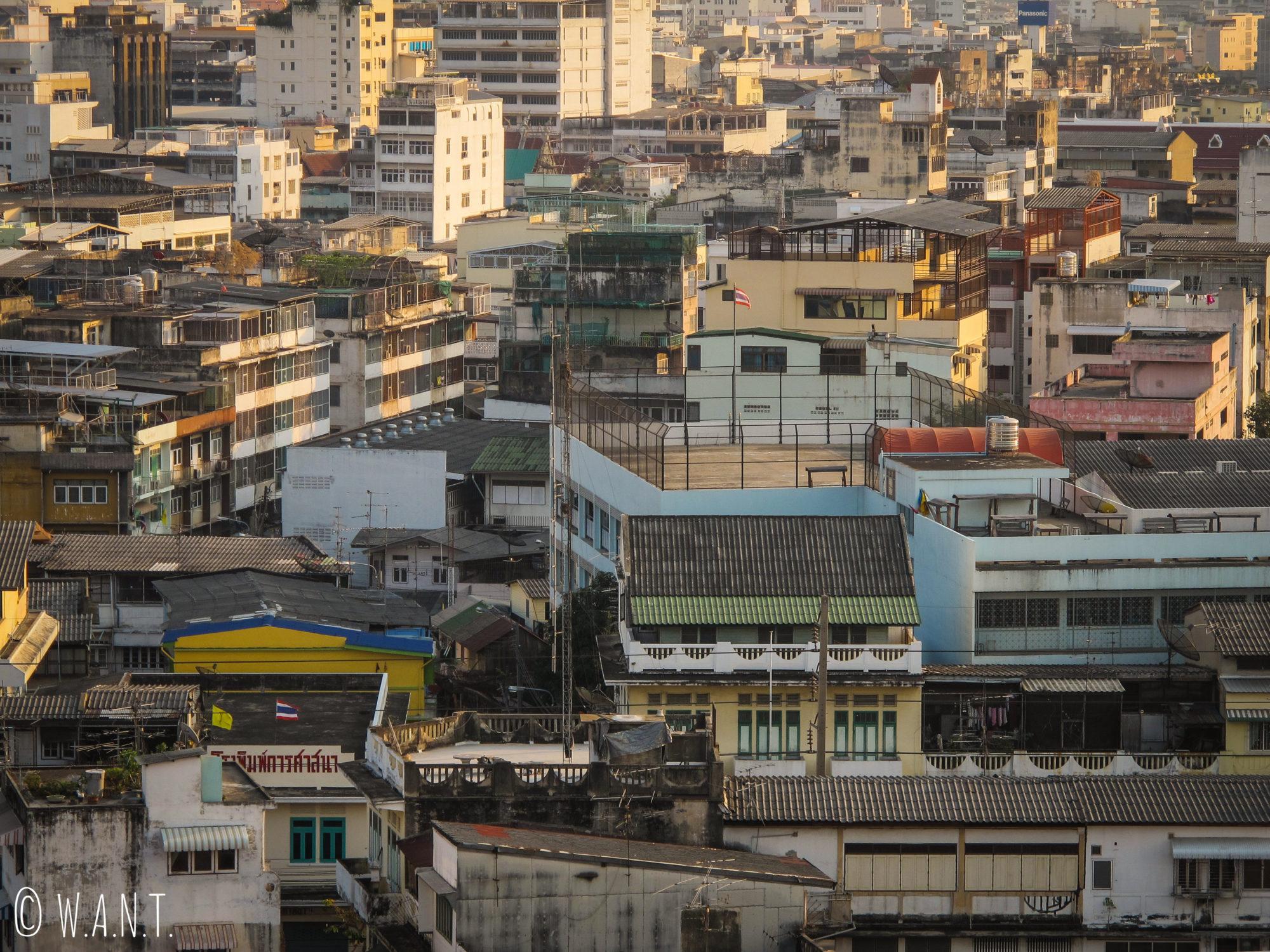 Gros plan sur les immeubles aperçus depuis le Golden Mount de Bangkok