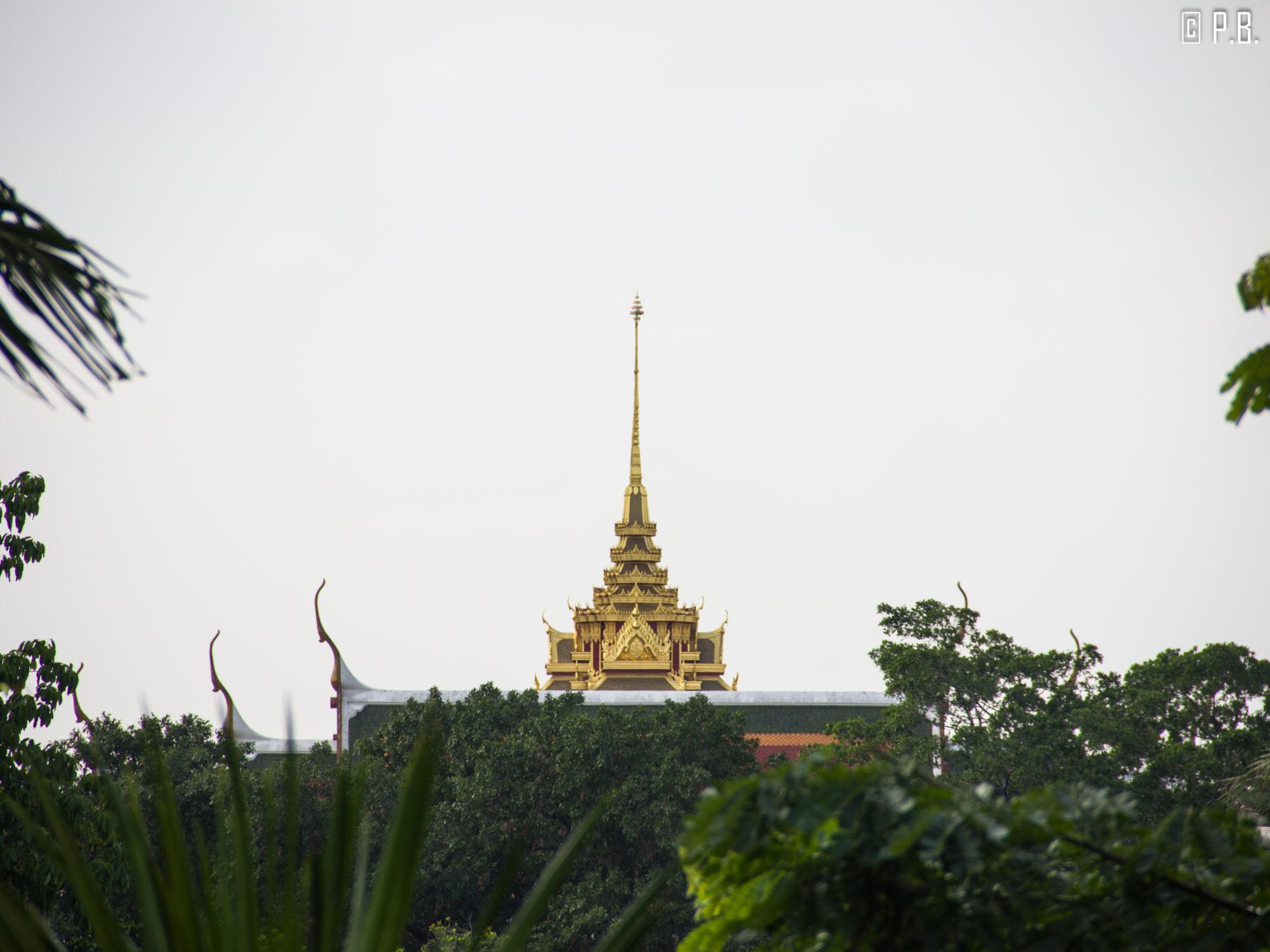Gros plan sur les toits d'un temple depuis le Golden Mount de Bangkok