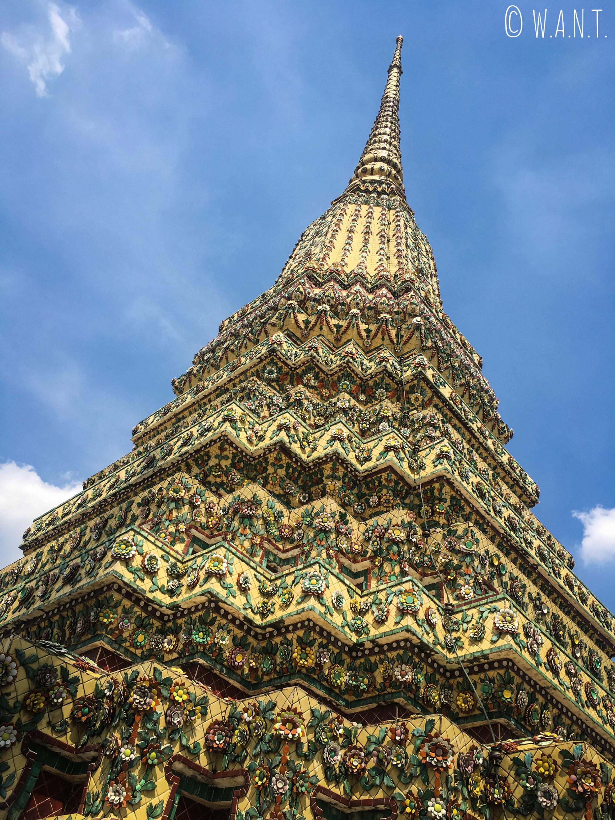 Gros plan sur un stupa en mosaïque au Wat Pho de Bangkok