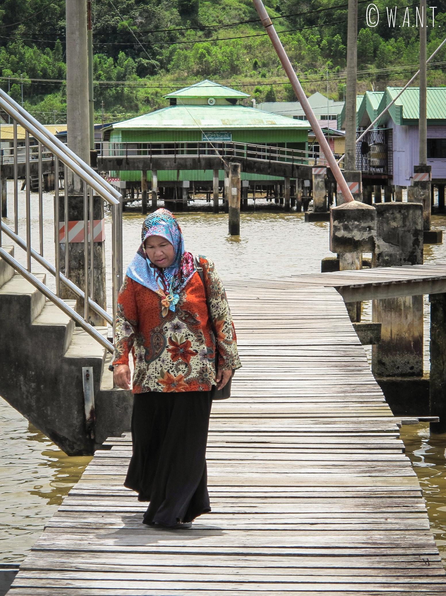 Une habitante du village flottant de Kampong Ayer habillée à la mode du Brunei