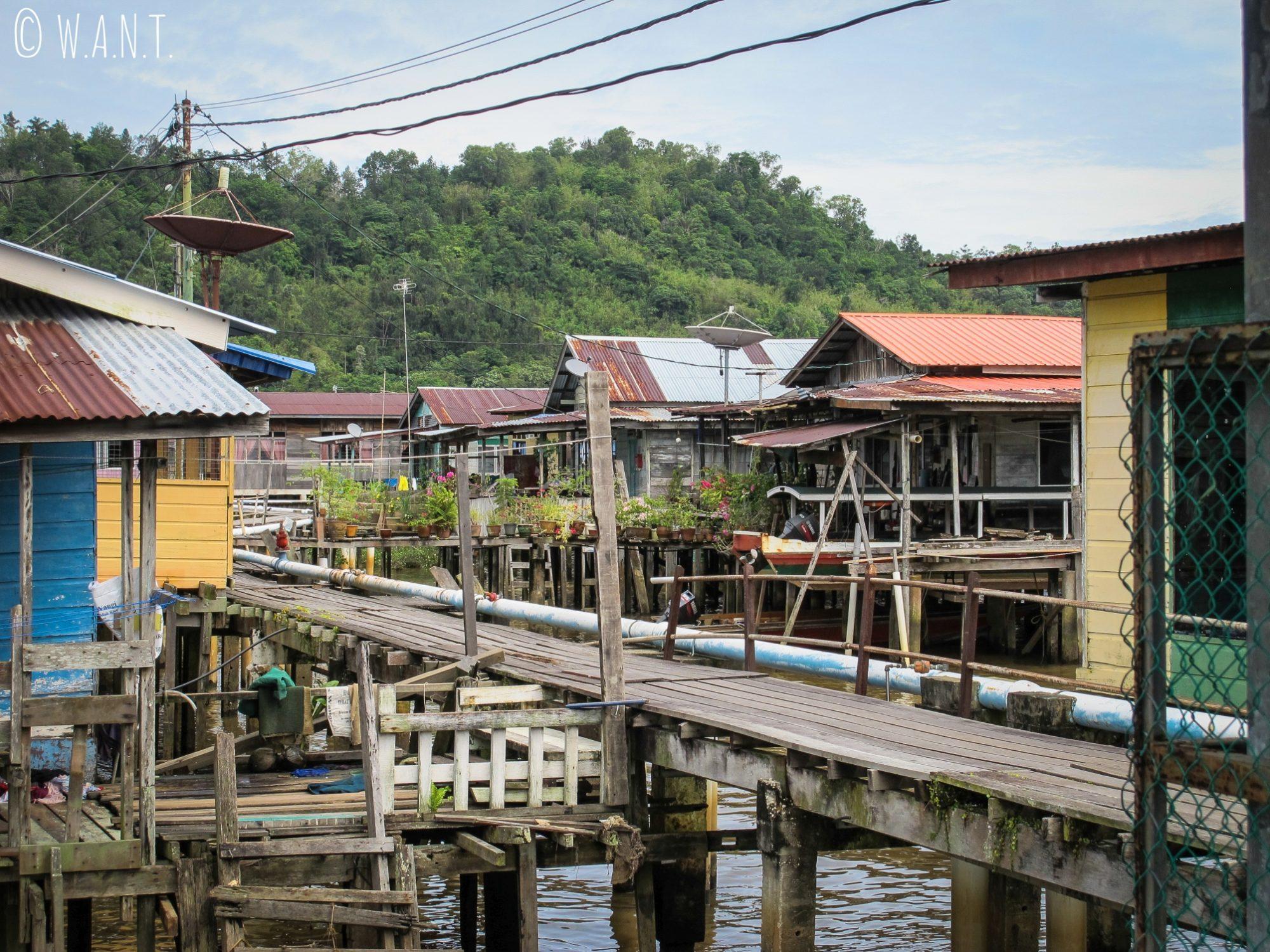 Habitations en bois au village flottant de Kampong Ayer à Bandar Seri Begawan