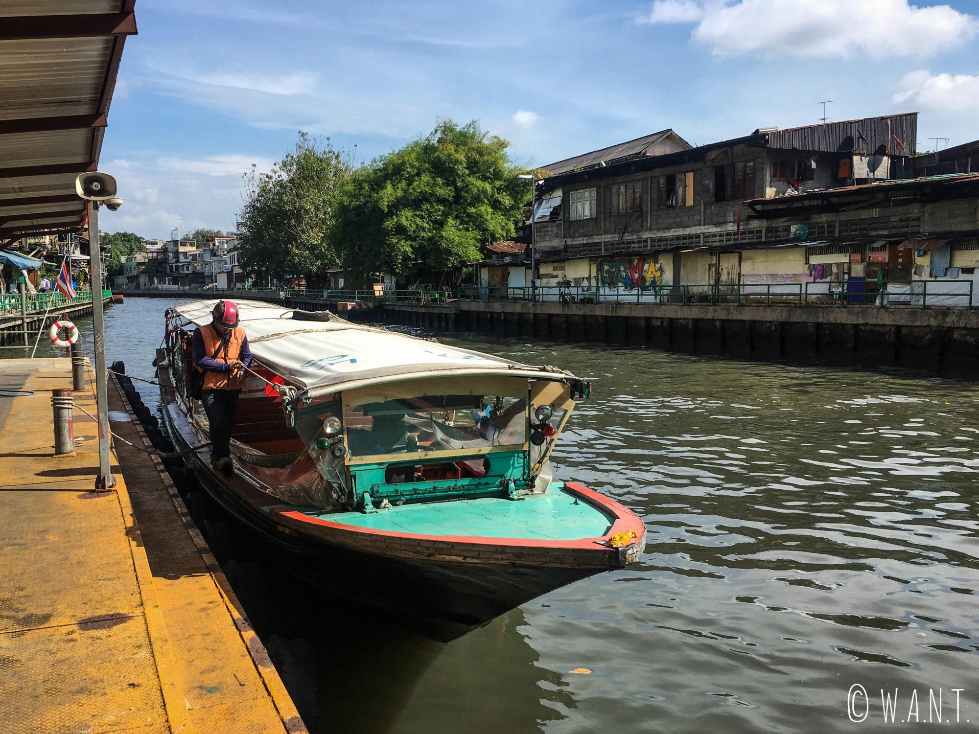 Il faut monter rapidement à bord du bateau-bus à Bangkok