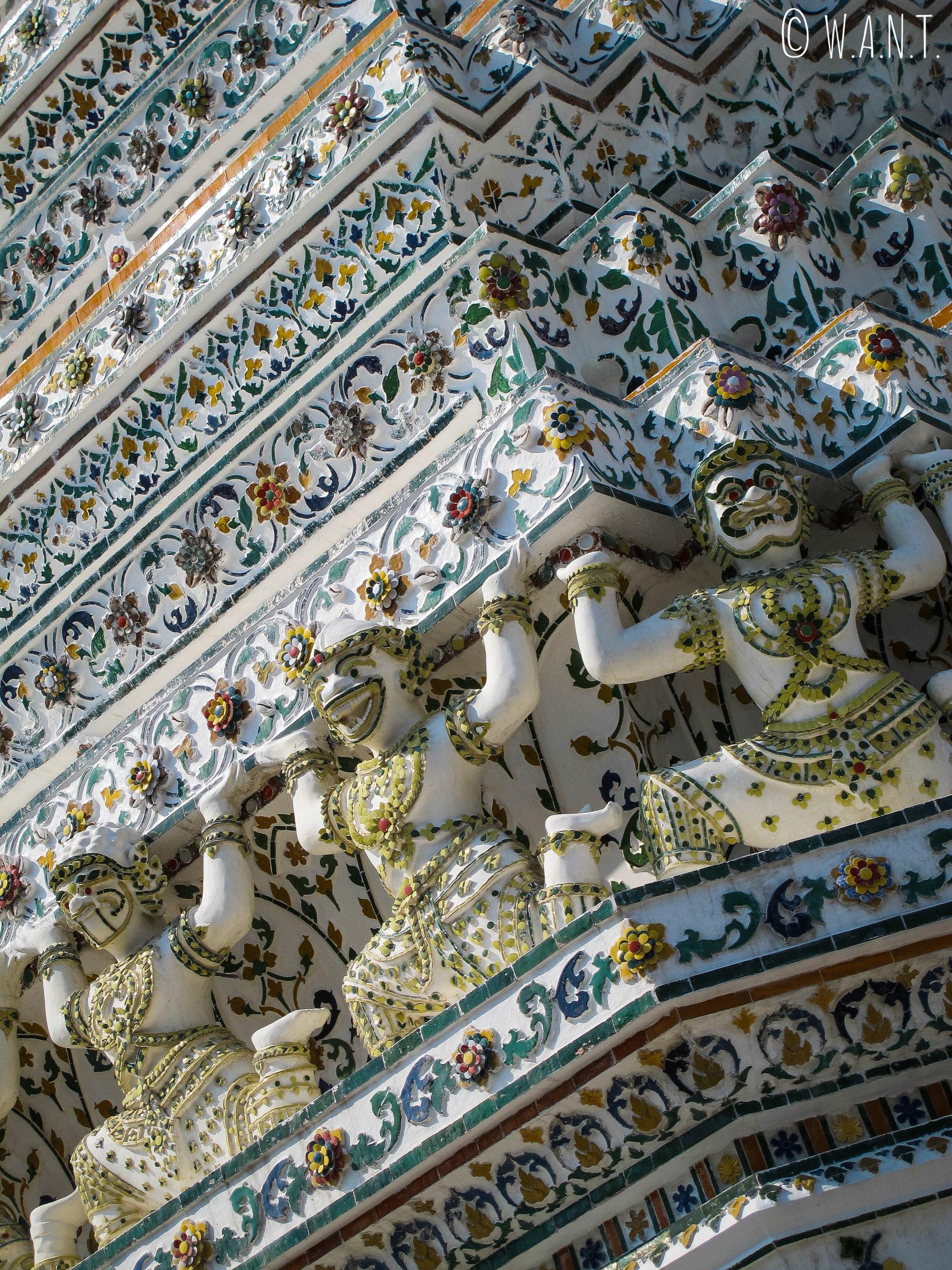 Kinaries sur le Wat Arun de Bangkok