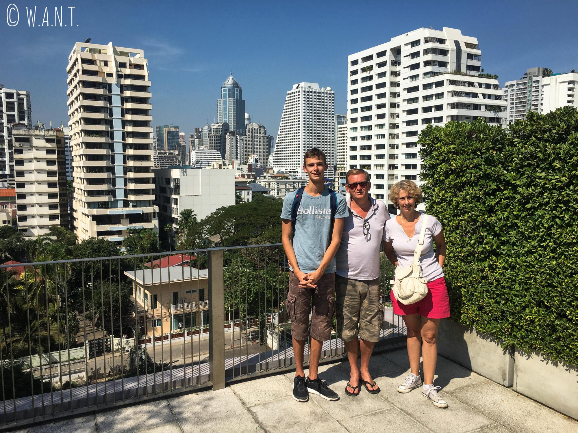 La famille de Marion sur le toit de notre logement Airbnb à Bangkok