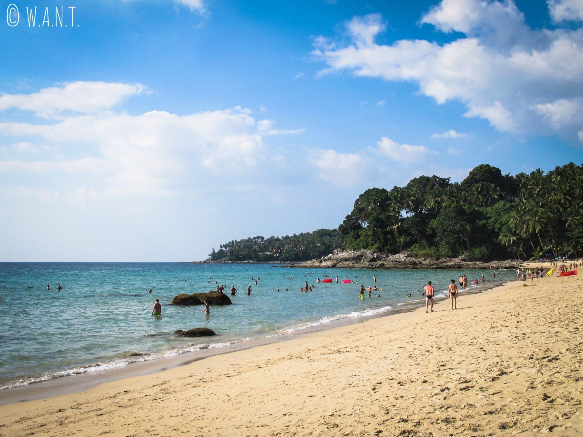 La plage de Surin est bordée de cocotiers à Phuket