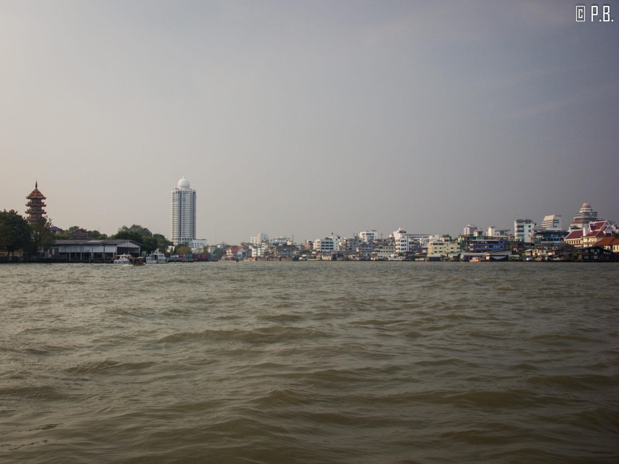 Le fleuve Chao Phraya parait immense lorsqu'on navigue dessus à Bangkok