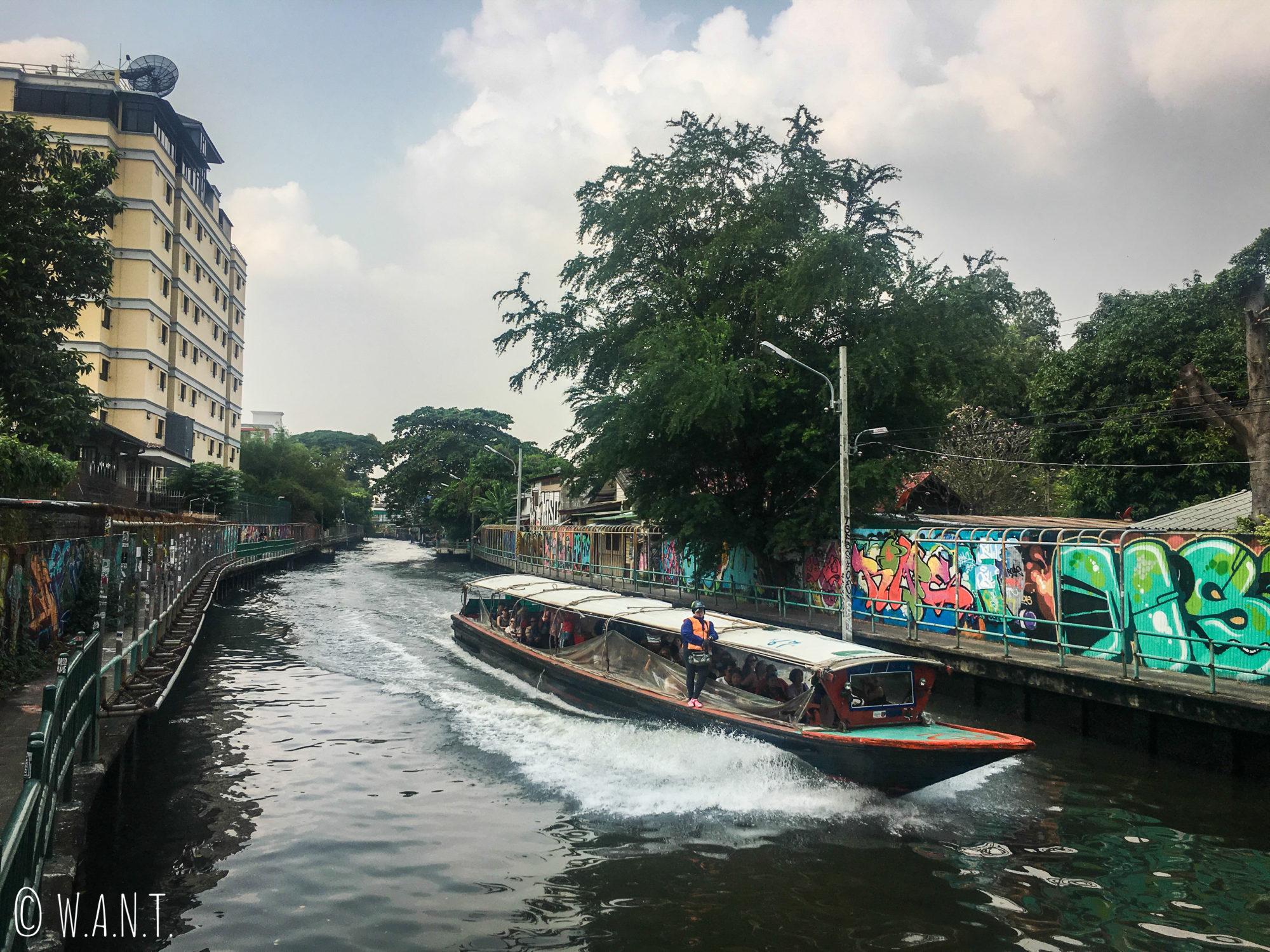 Les bateaux-bus circulent le canal à Bangkok