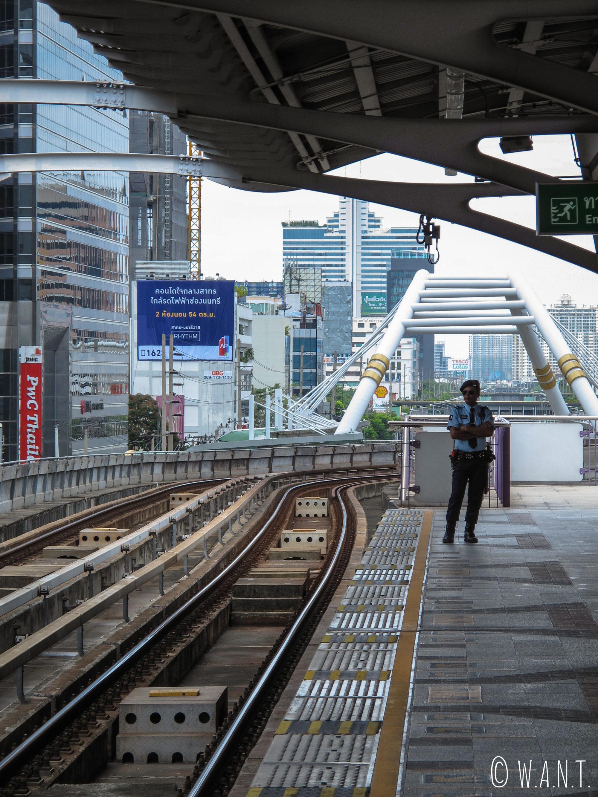 Les rails du BTS sont surveillés à Bangkok