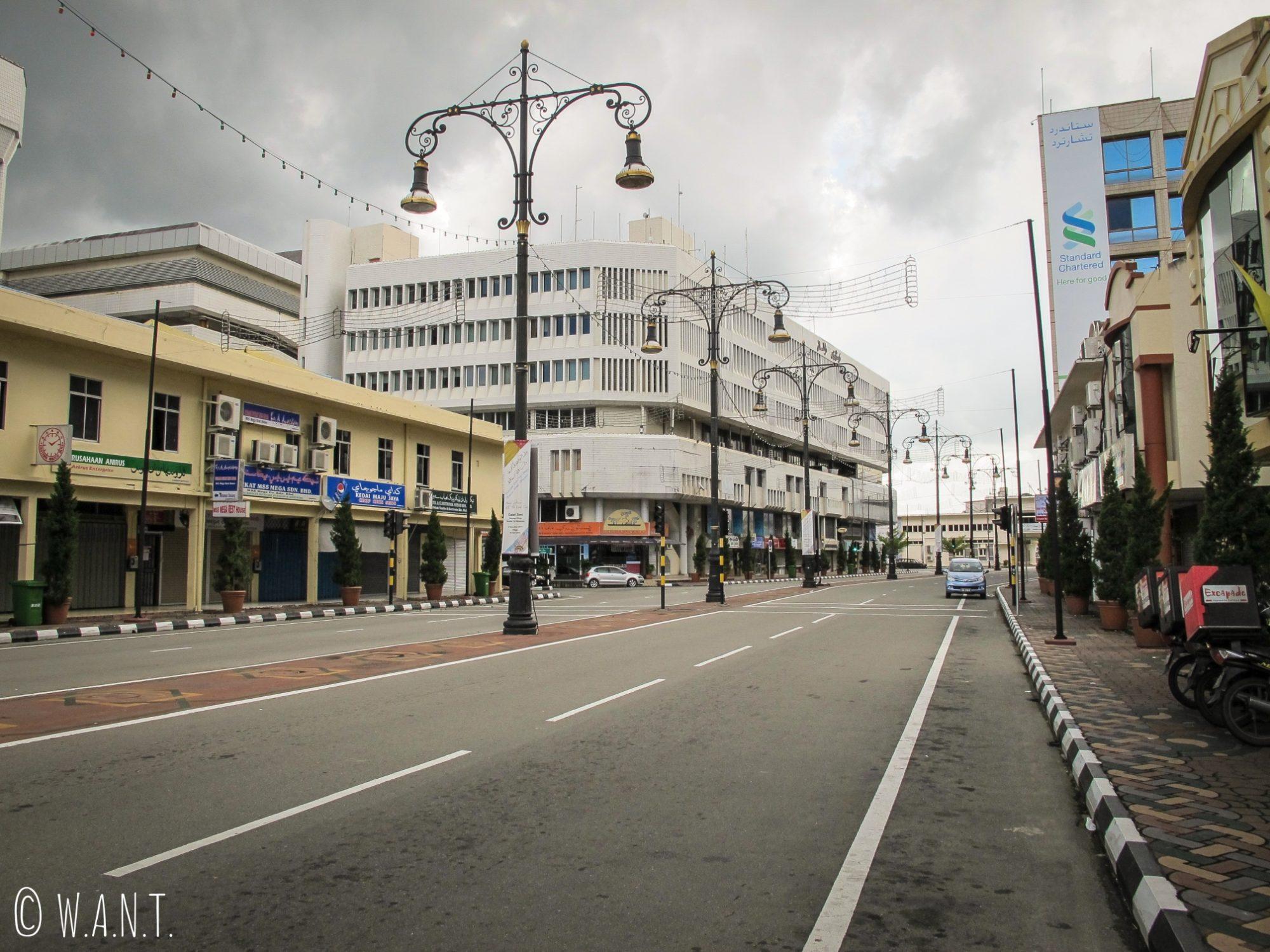 Les rues de Bandar Seri Begawan sont désertes durant l'heure de la prière tous les vendredis