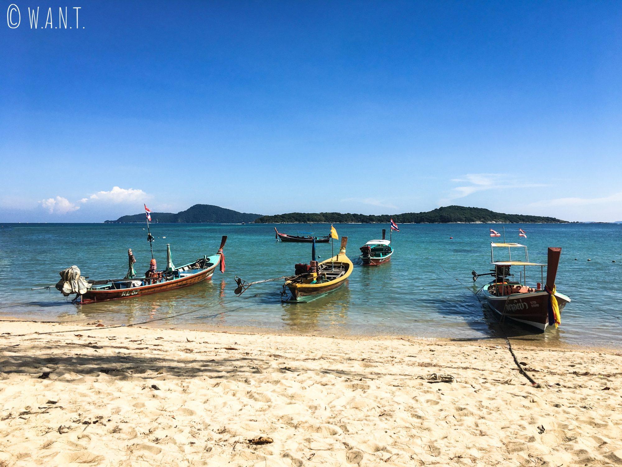Longtail boat sur la plage de Rawai Beach à Phuket