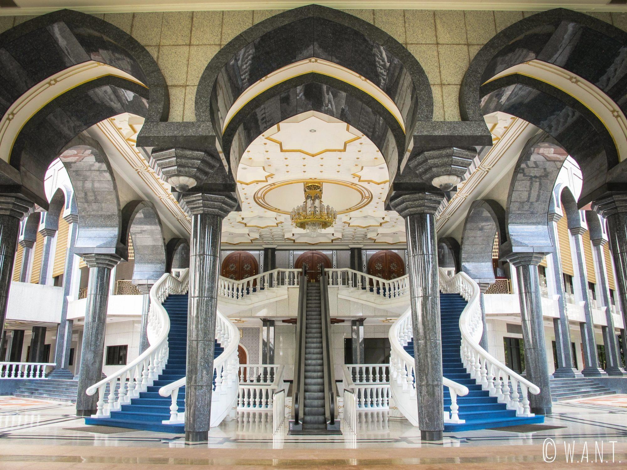Magnifique architecture de la mosquée Masjid Jame'Asr Hassanil Bolkiah de Bandar Seri Begawan