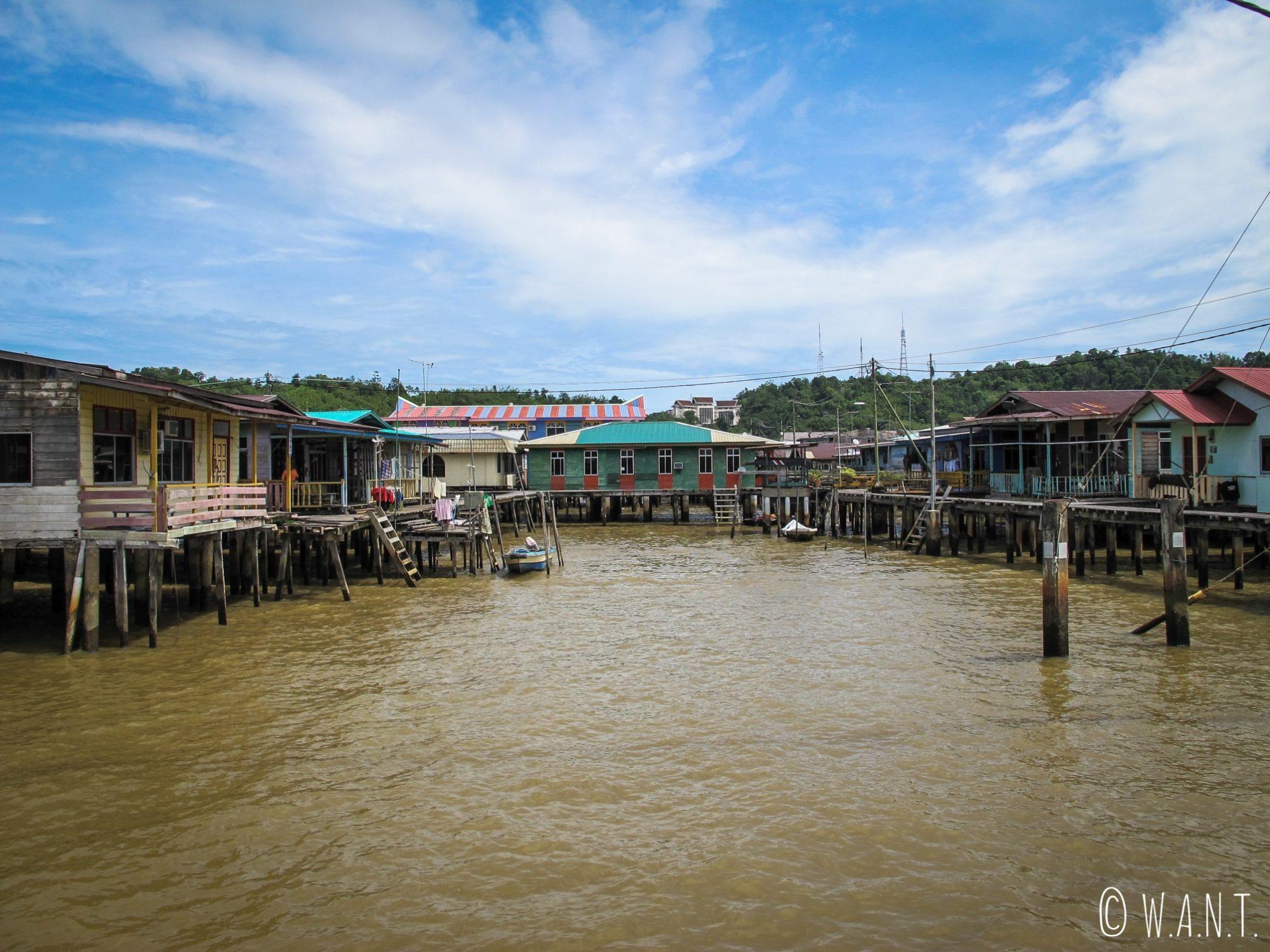 Maisons sur pilotis du village flottant de Kampong Ayer à Bandar Seri Begawan