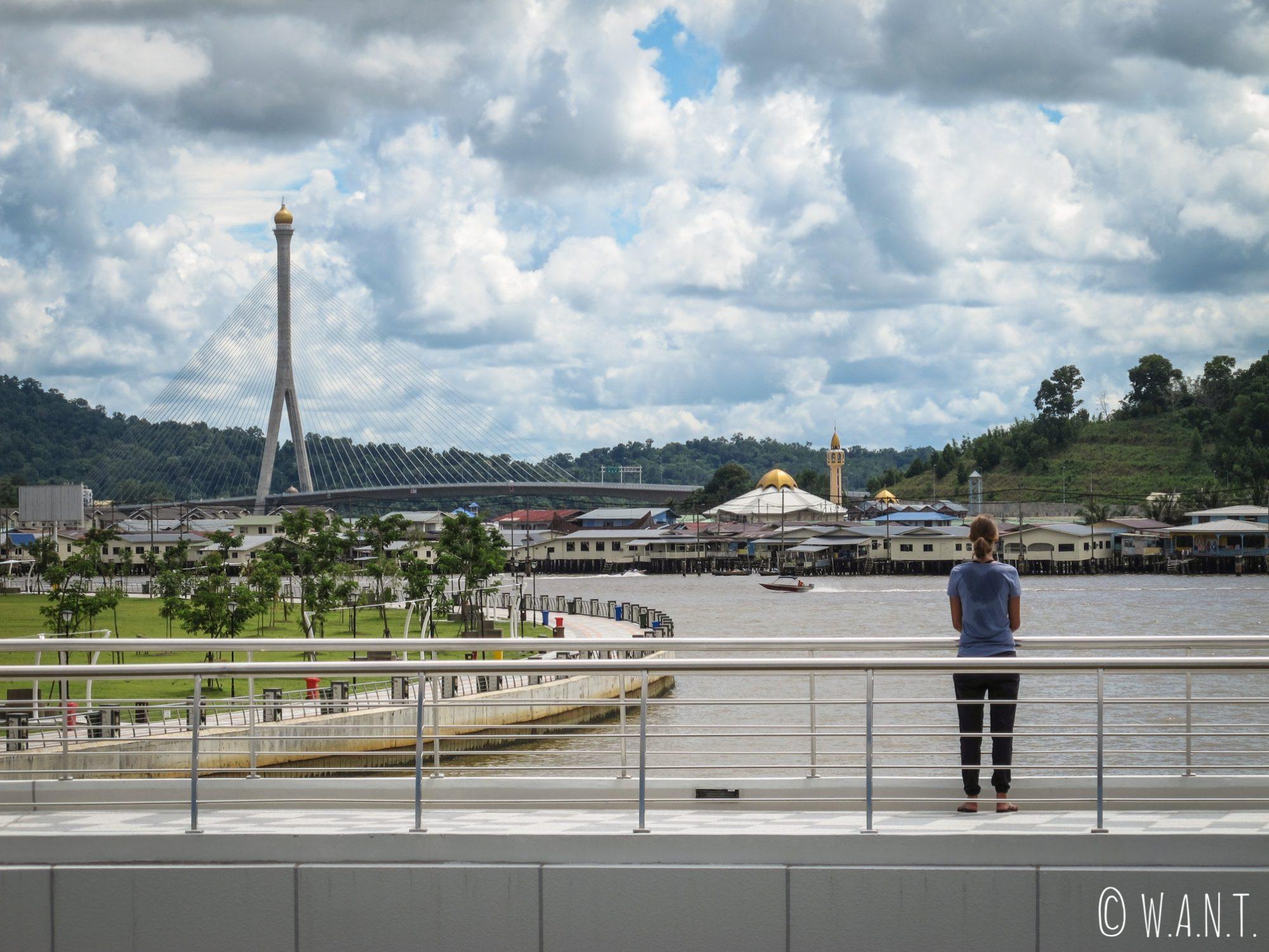 Marion devant la vue sur le village flottant de kampong Ayer depuis le parc Taman Mahkota Jubli Emas de Bandar Seri Begawan