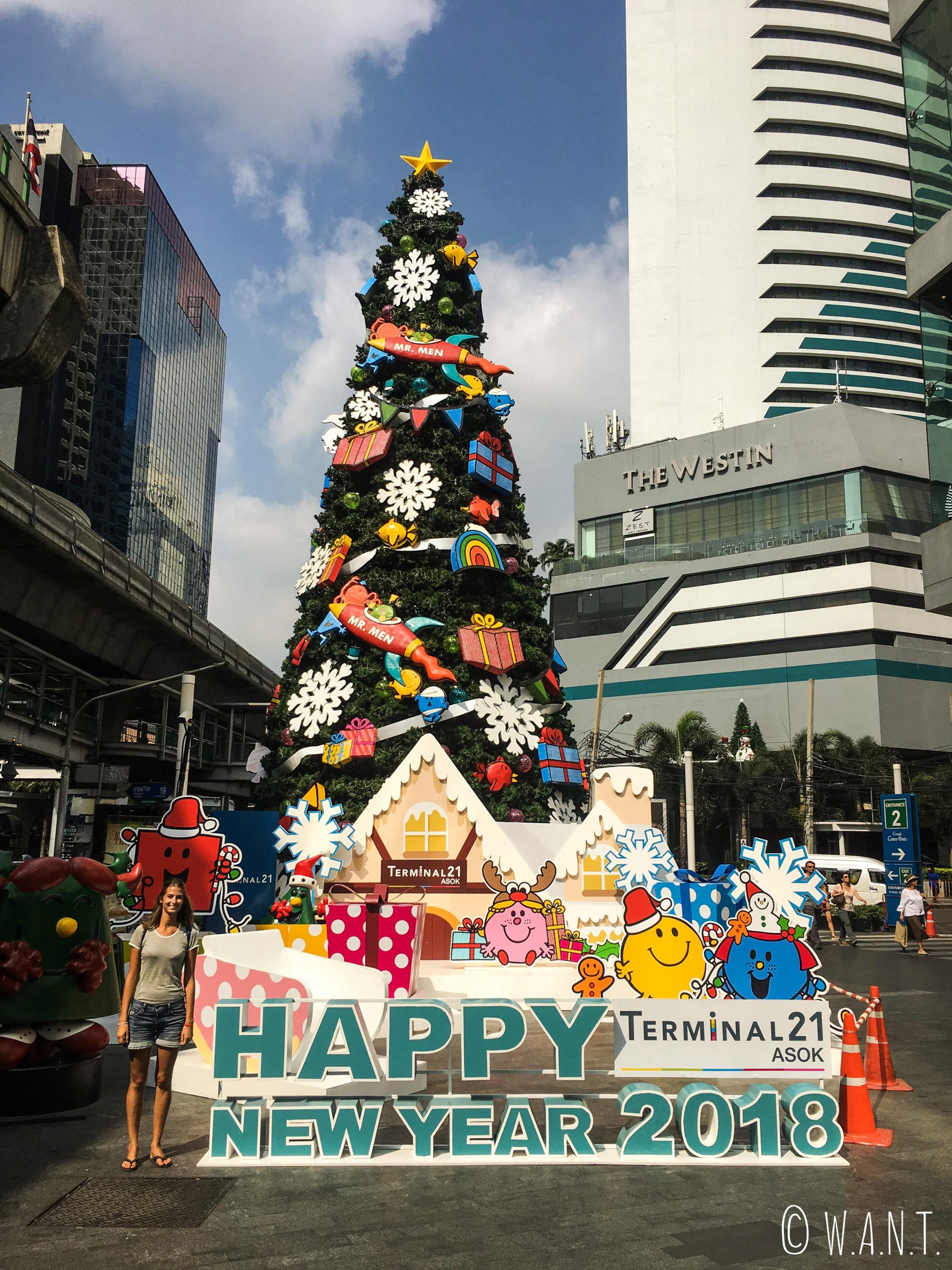 Marion pose aux côtés du sapin de Noël du Terminal 21