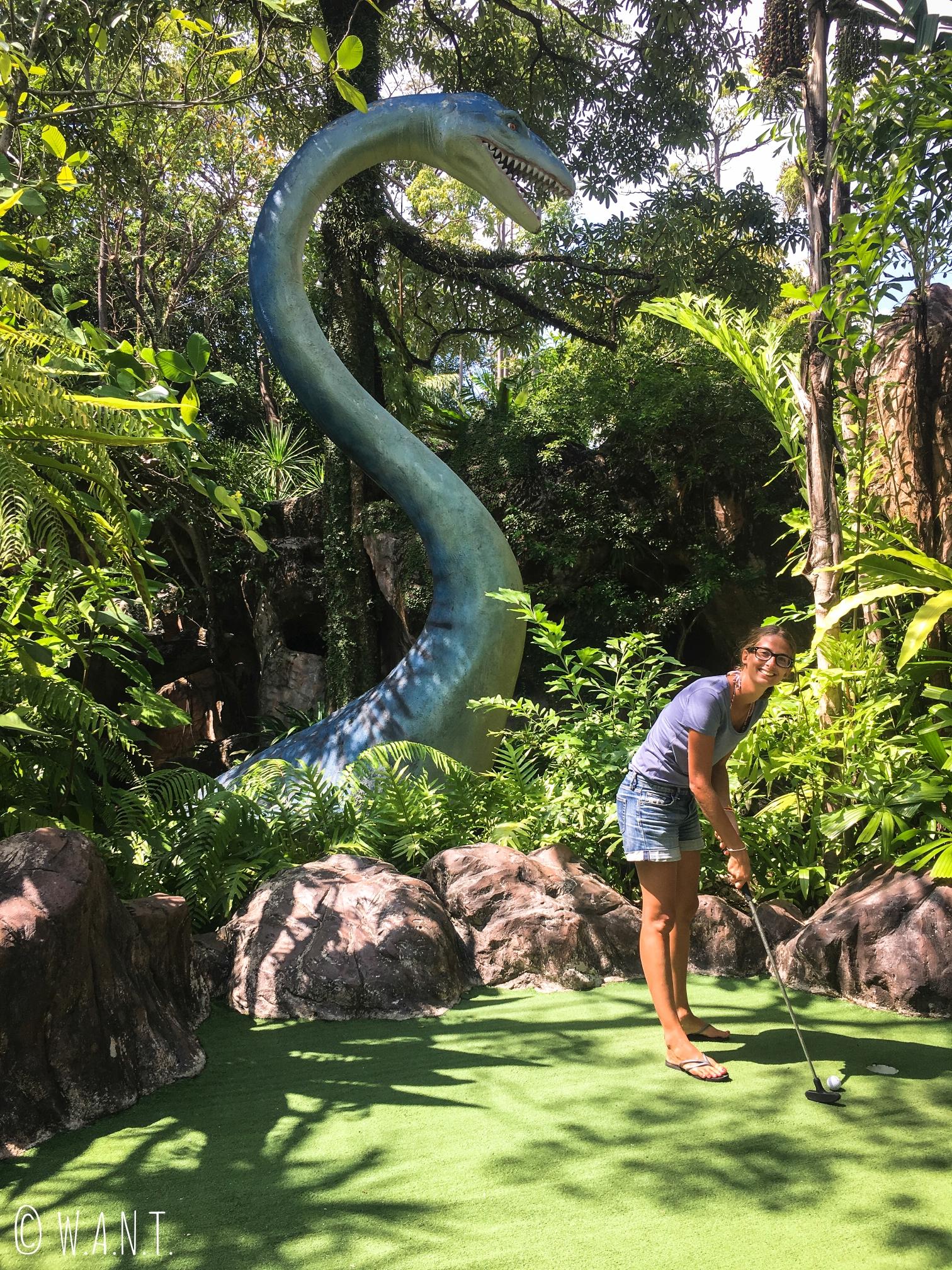 Marion s'amuse comme une folle au Dino mini-golf de Phuket