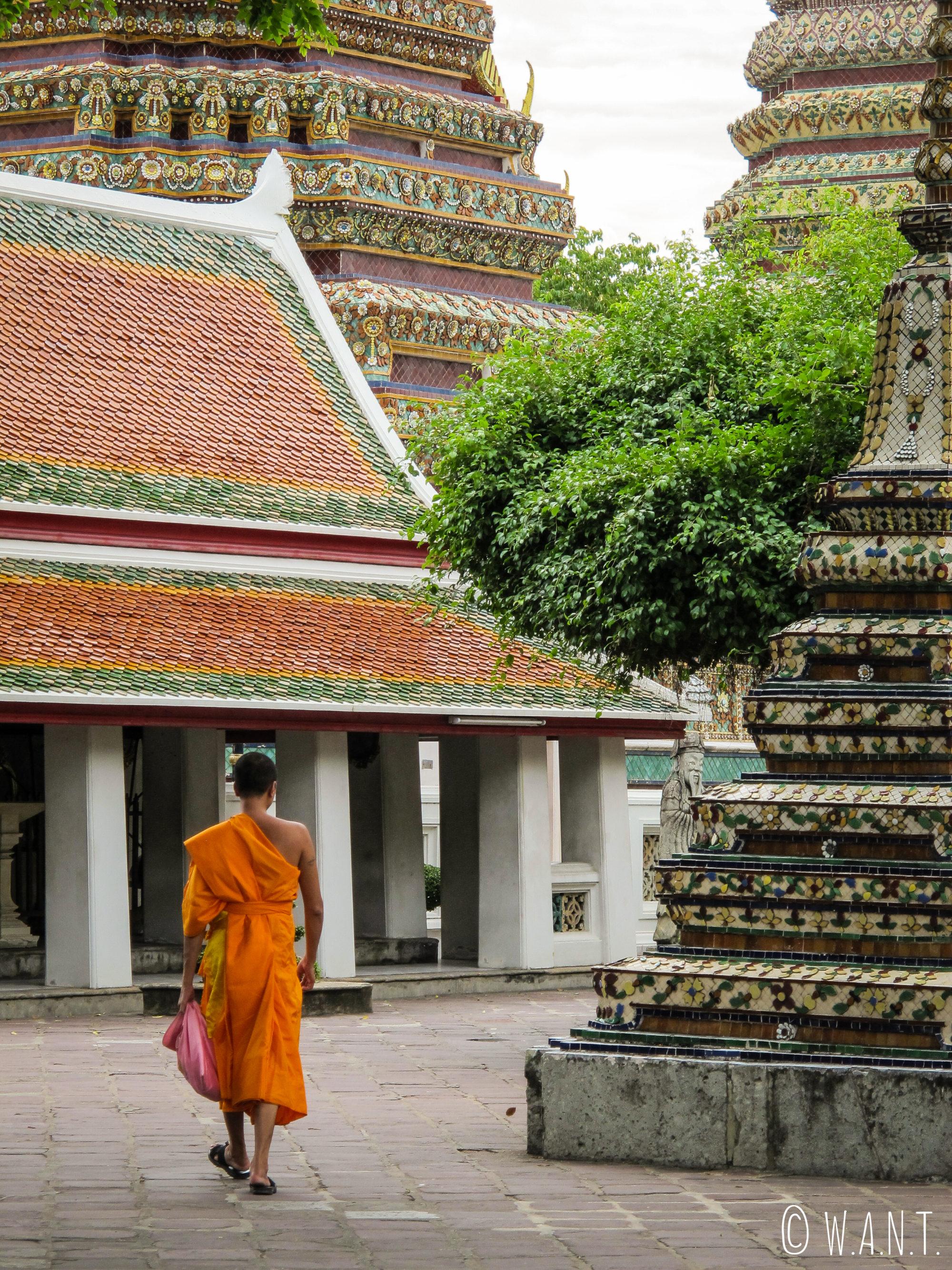 Moine dans le Wat Pho de Bangkok