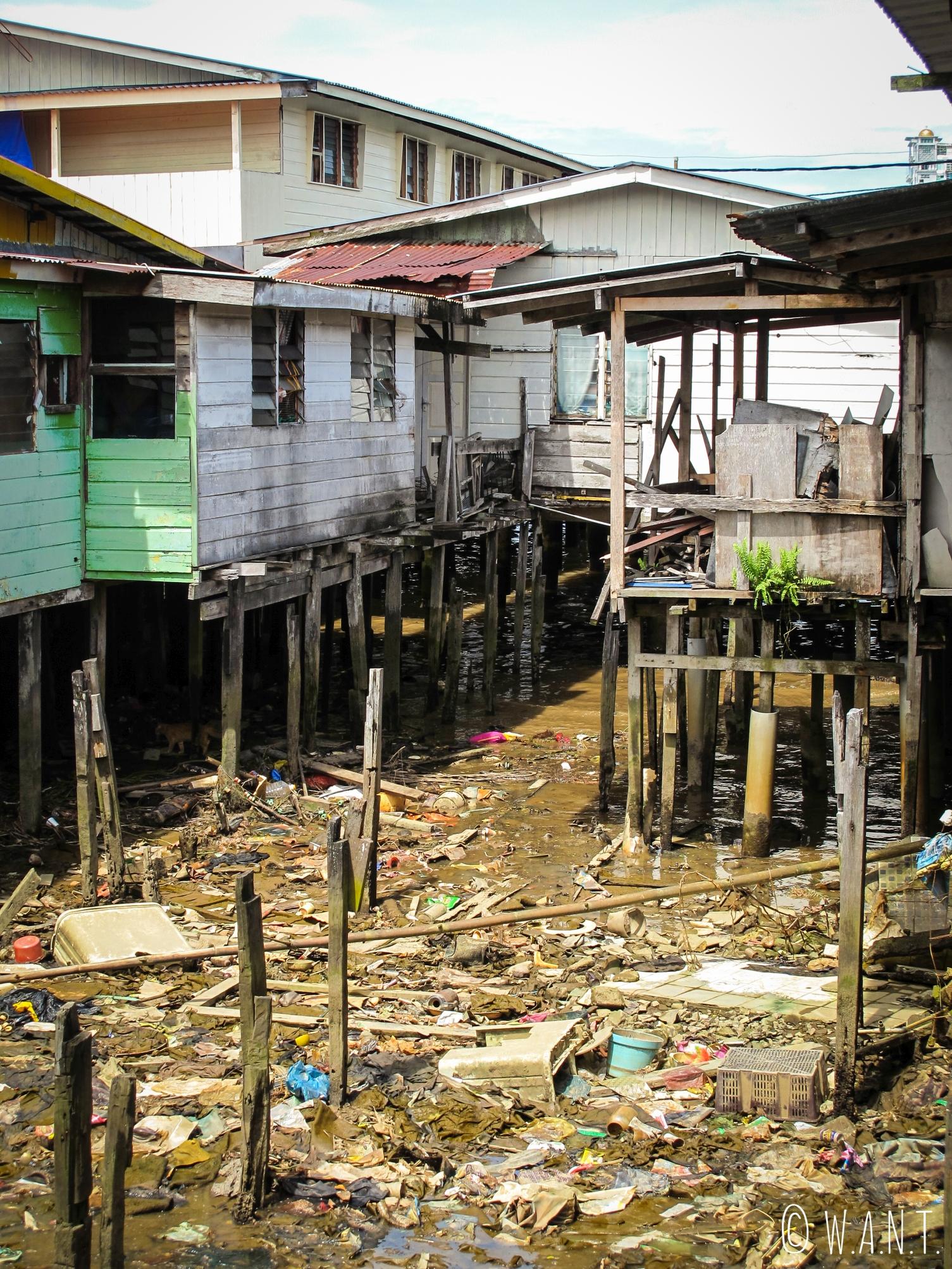 Nombreux déchets dans la rivière du village flottant de Kampong Ayer à Bandar Seri Begawan