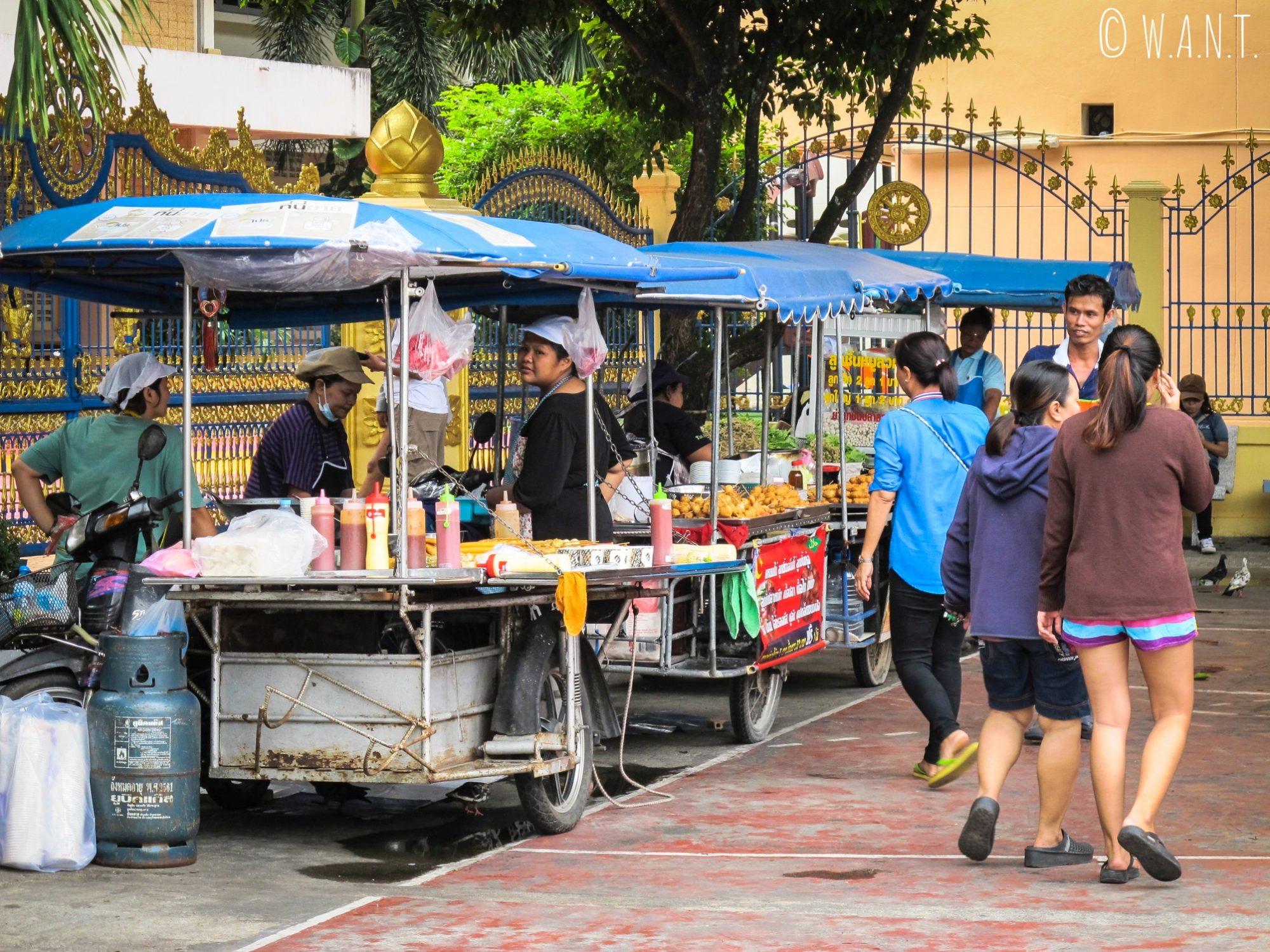 Nous avons apprécié le marché de rue du Wat Puttamongkon de Old Phuket