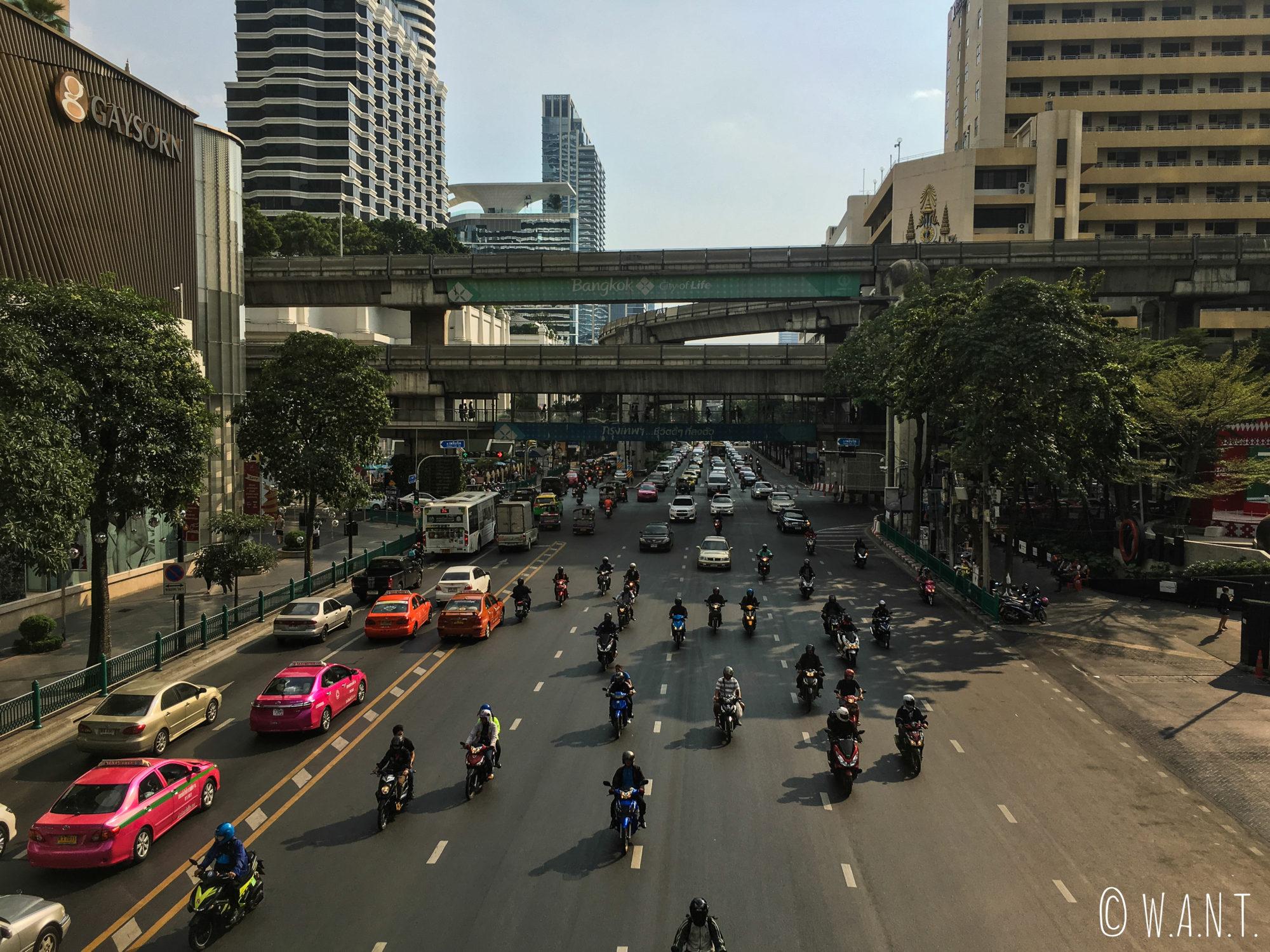 Observer le trafic à Bangkok est l'une de nos activités favorites
