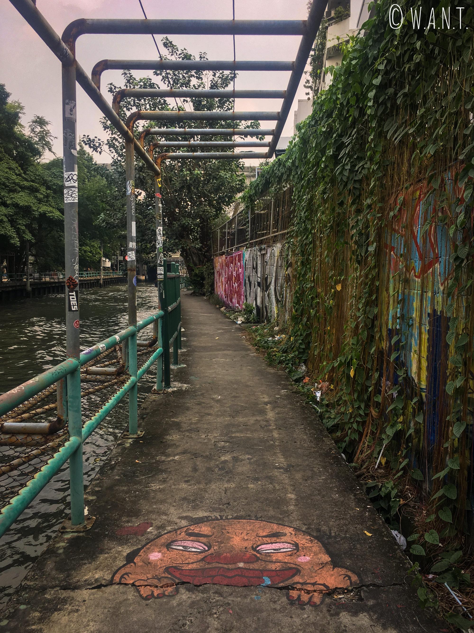Passage piétonnier le long du canal à l'arrêt Hua Chang à Bangkok