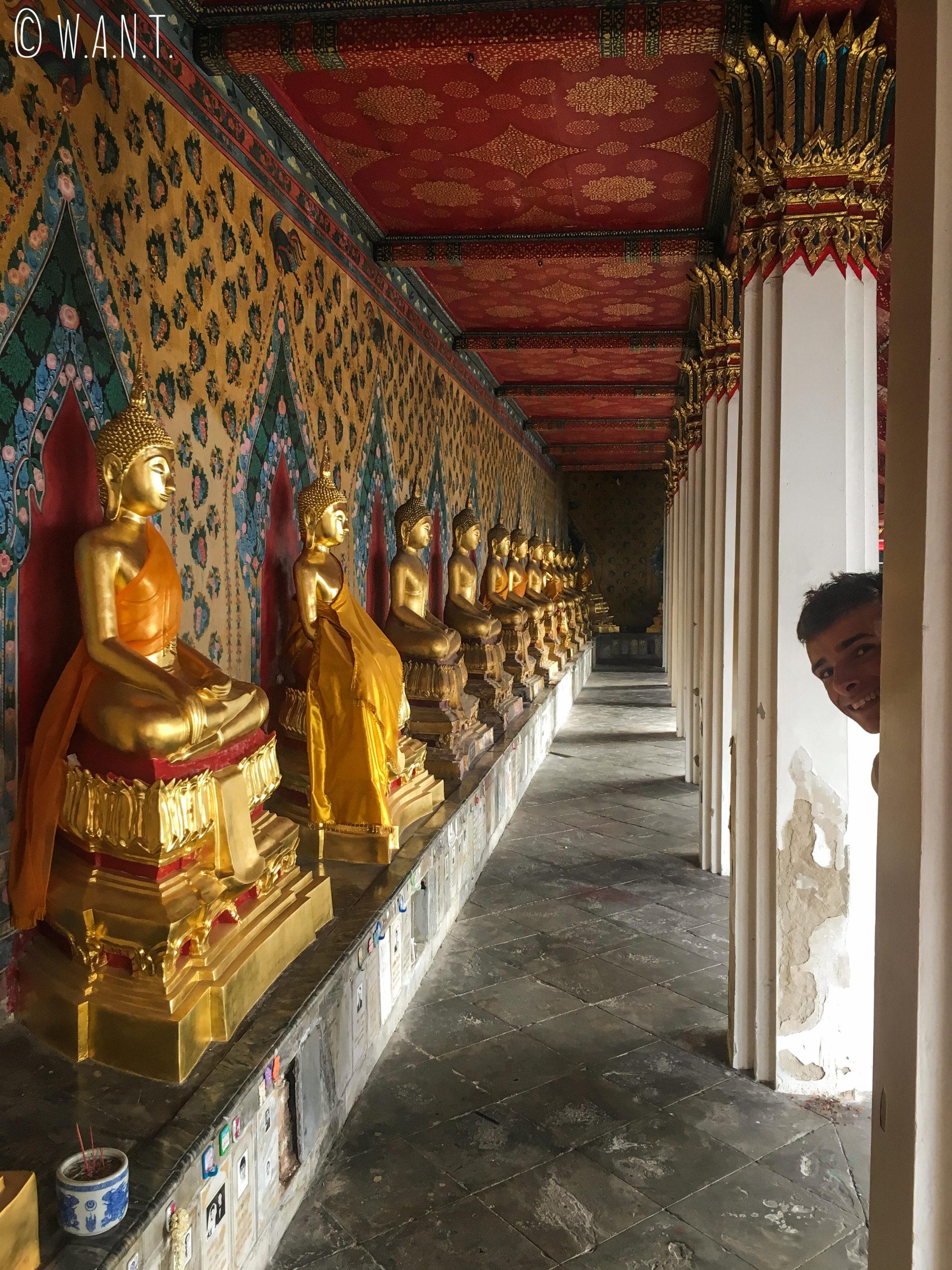 Paul se cache entre les statues de Bouddha au temple jouxtant le Wat Arun de Bangkok