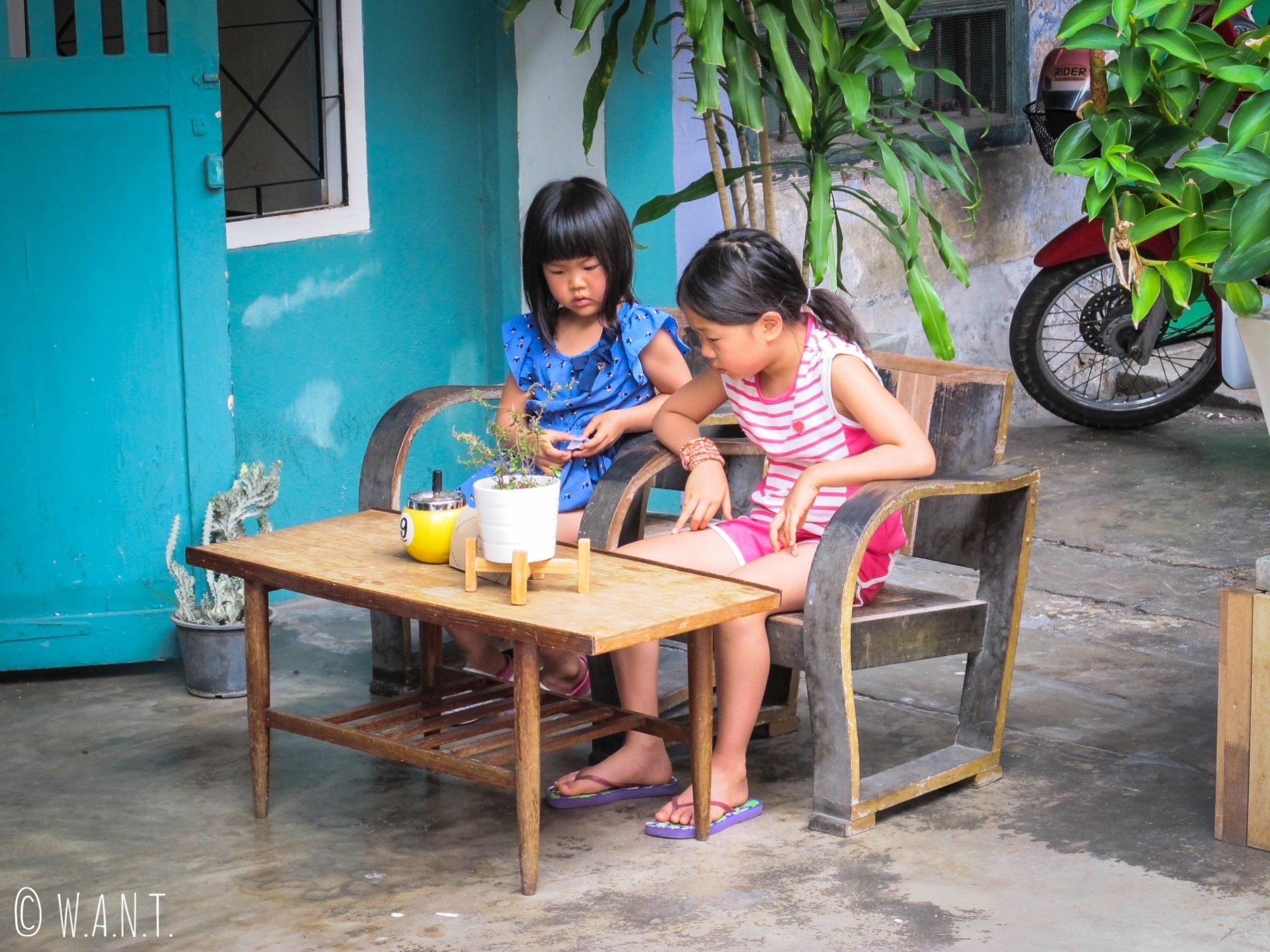 Petites filles dans les rues du vieux Phuket