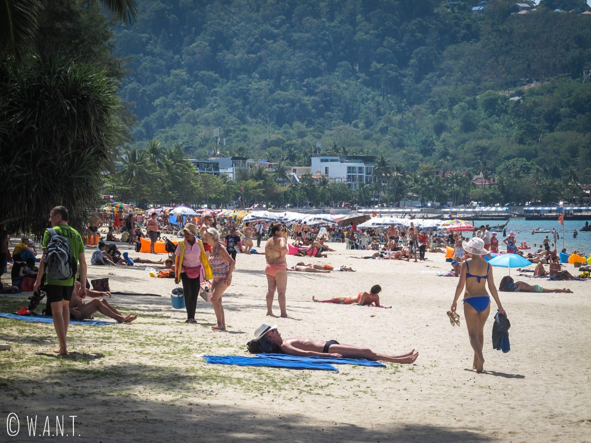 Plage bondée de Patong à Phuket