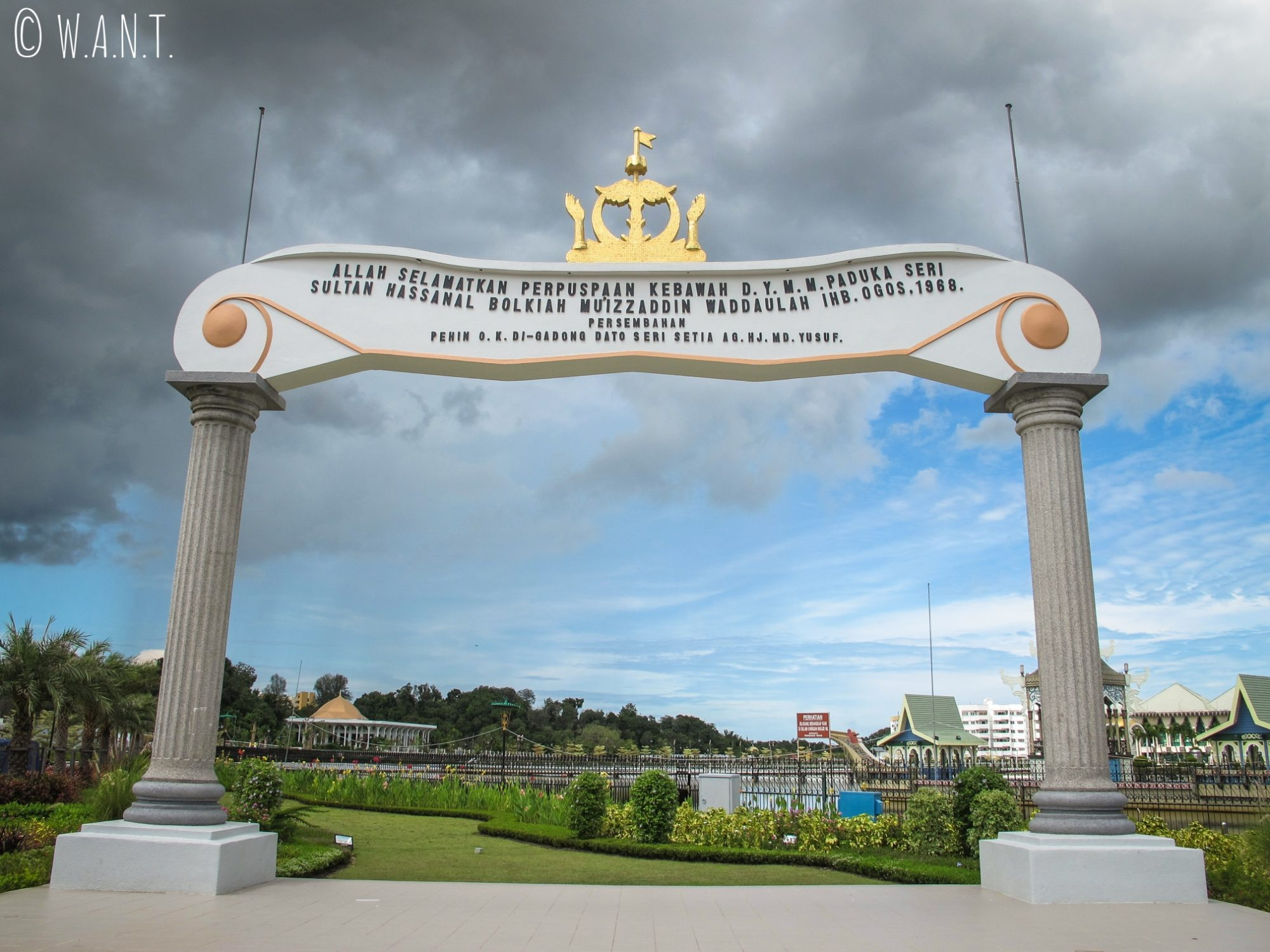 Porte dans le parc Taman Mahkota Jubli Emas de Bandar Seri Begawan