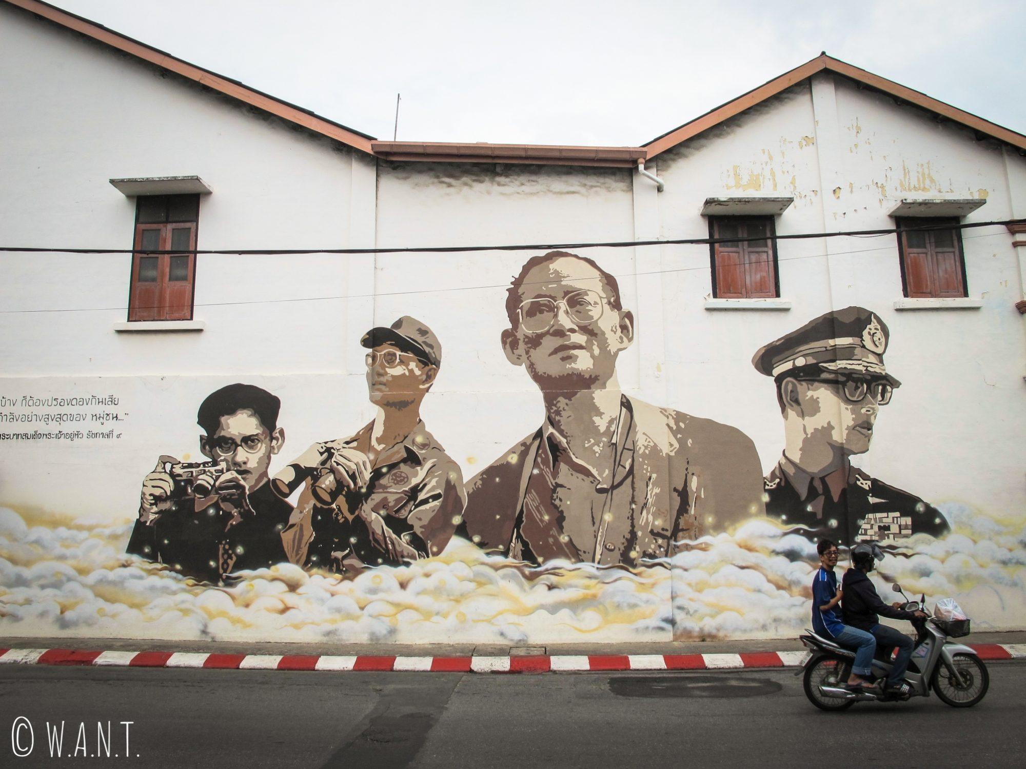Portraits du roi Rama IX dans le vieux Phuket
