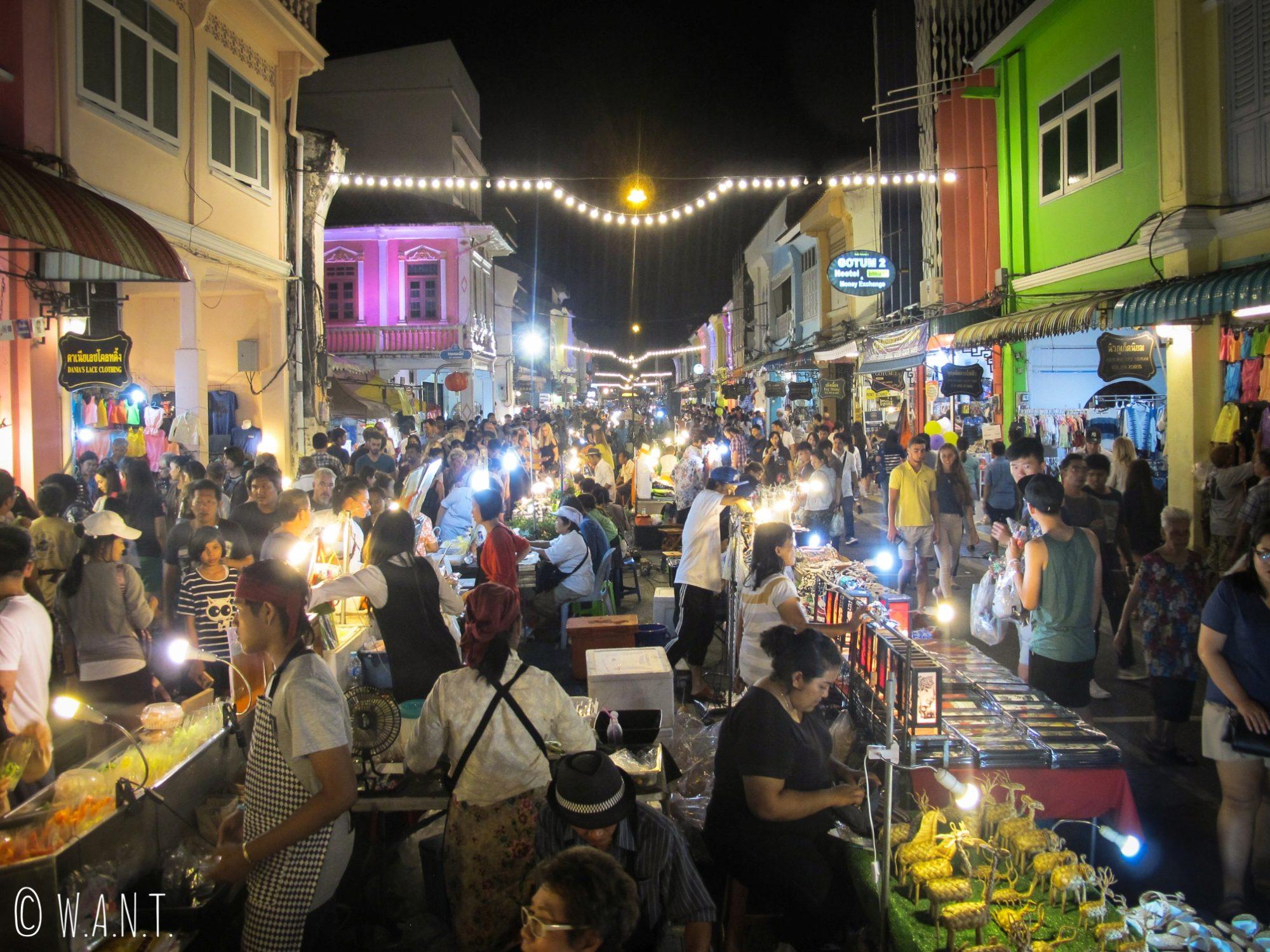Rue bondée du night market du vieux Phuket