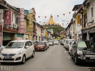 Rue de Kuching et vue sur l'assemblée législative du Sarawak
