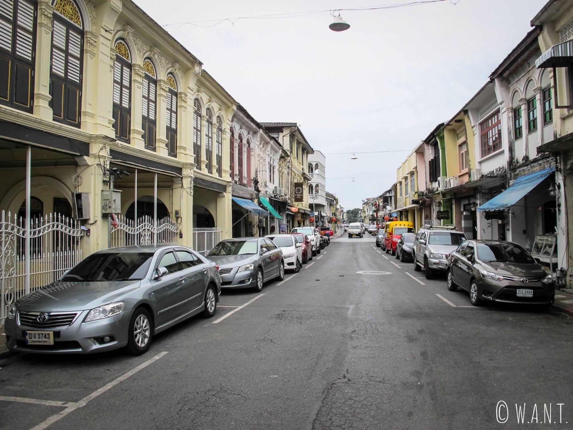 Rue et façades colorées du vieux Phuket