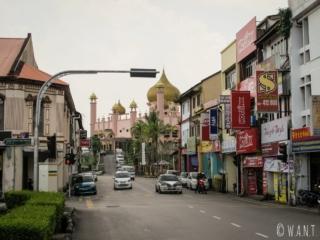 Rue menant à la mosquée Masjid Bandaraya de Kuching