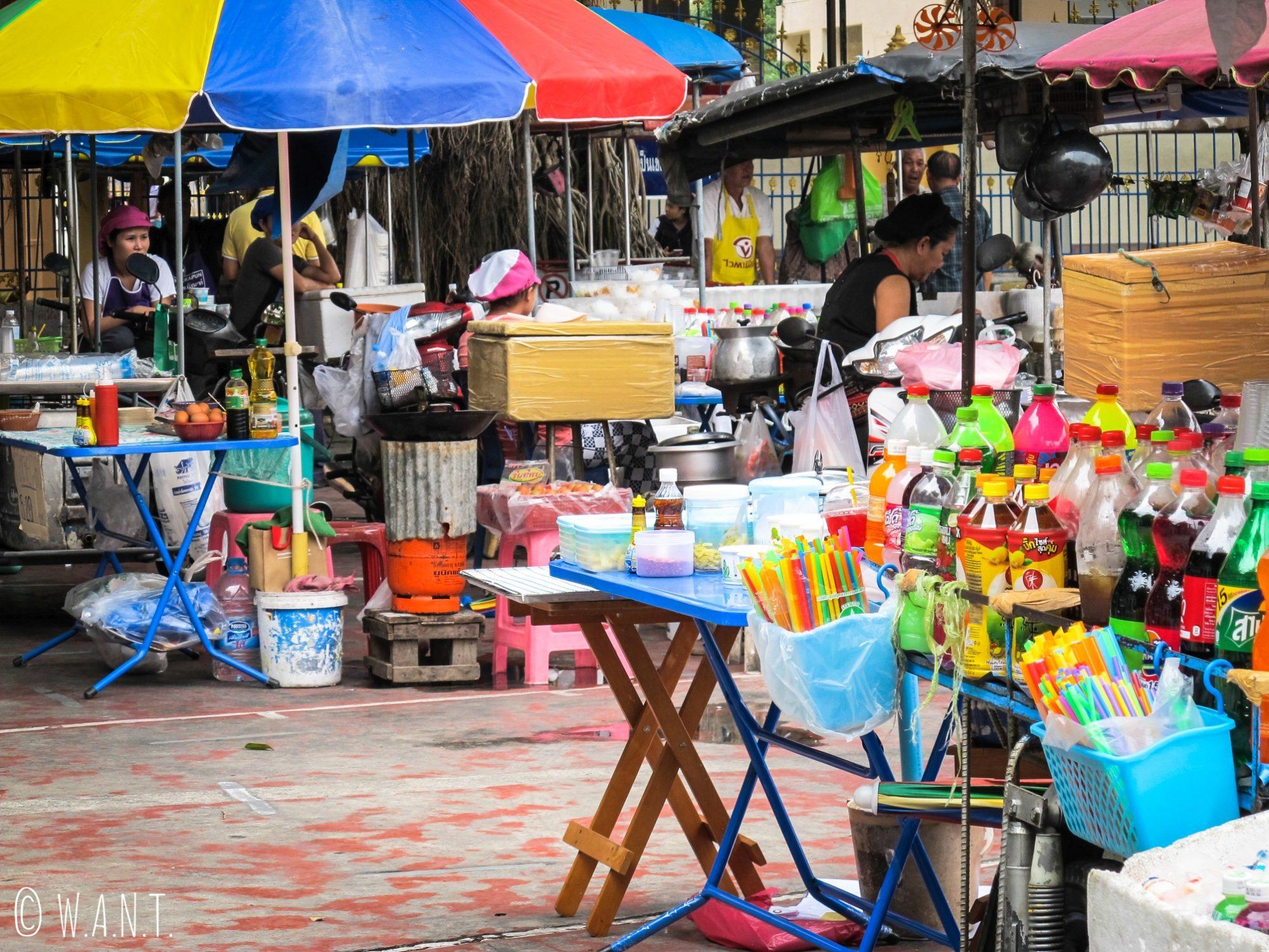 Stands de nourriture autour du Wat Puttamongkon de Old Phuket
