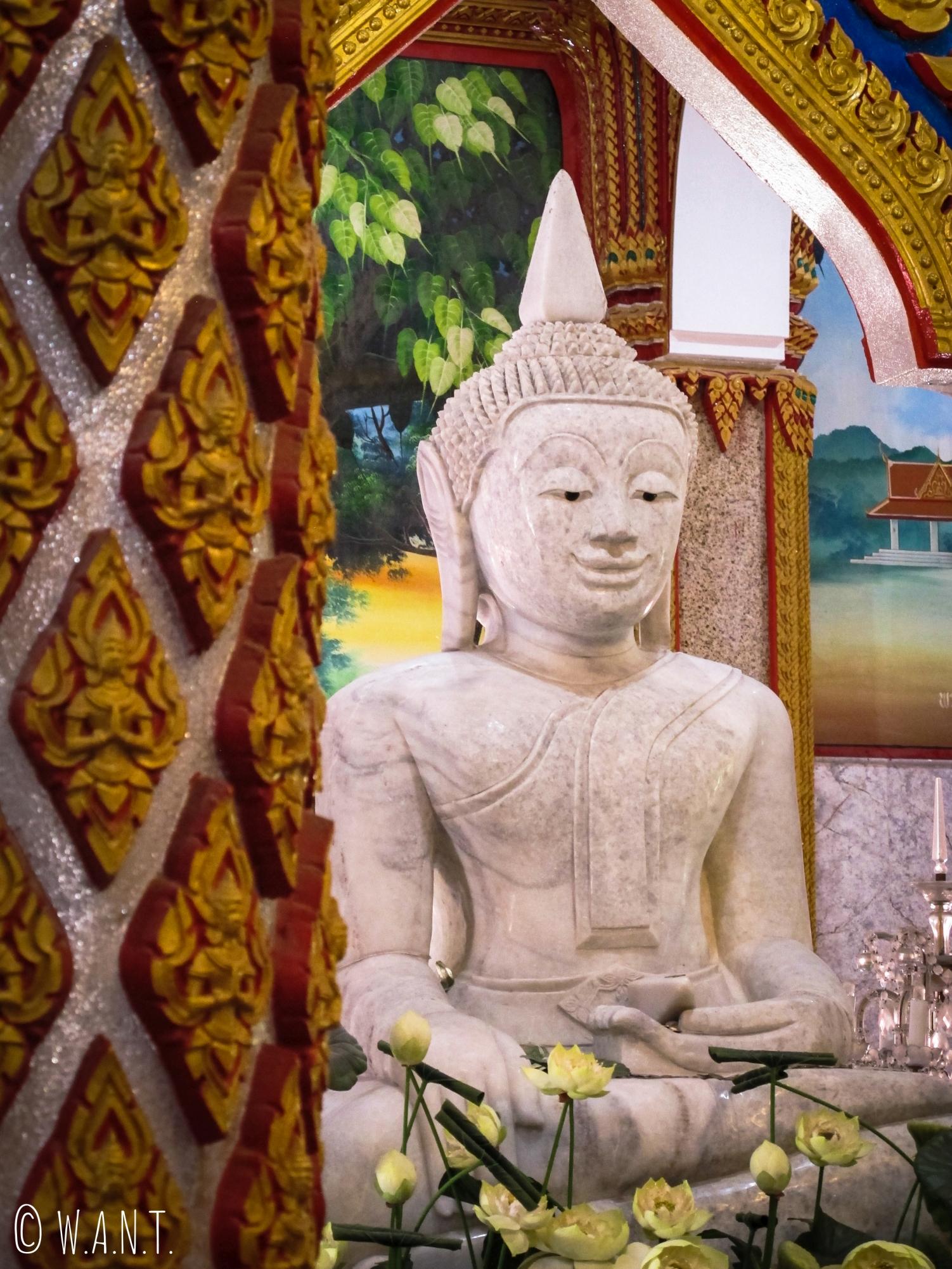 Statue de Bouddha à l'intérieur du temple de Chalong à Phuket