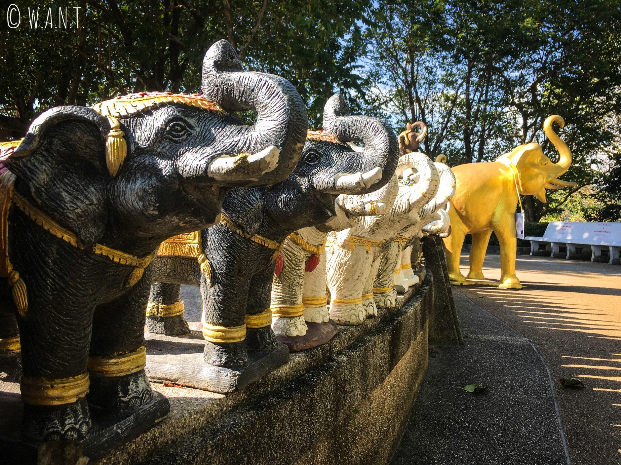 Statues d'éléphants au Promthep Cape de Phuket
