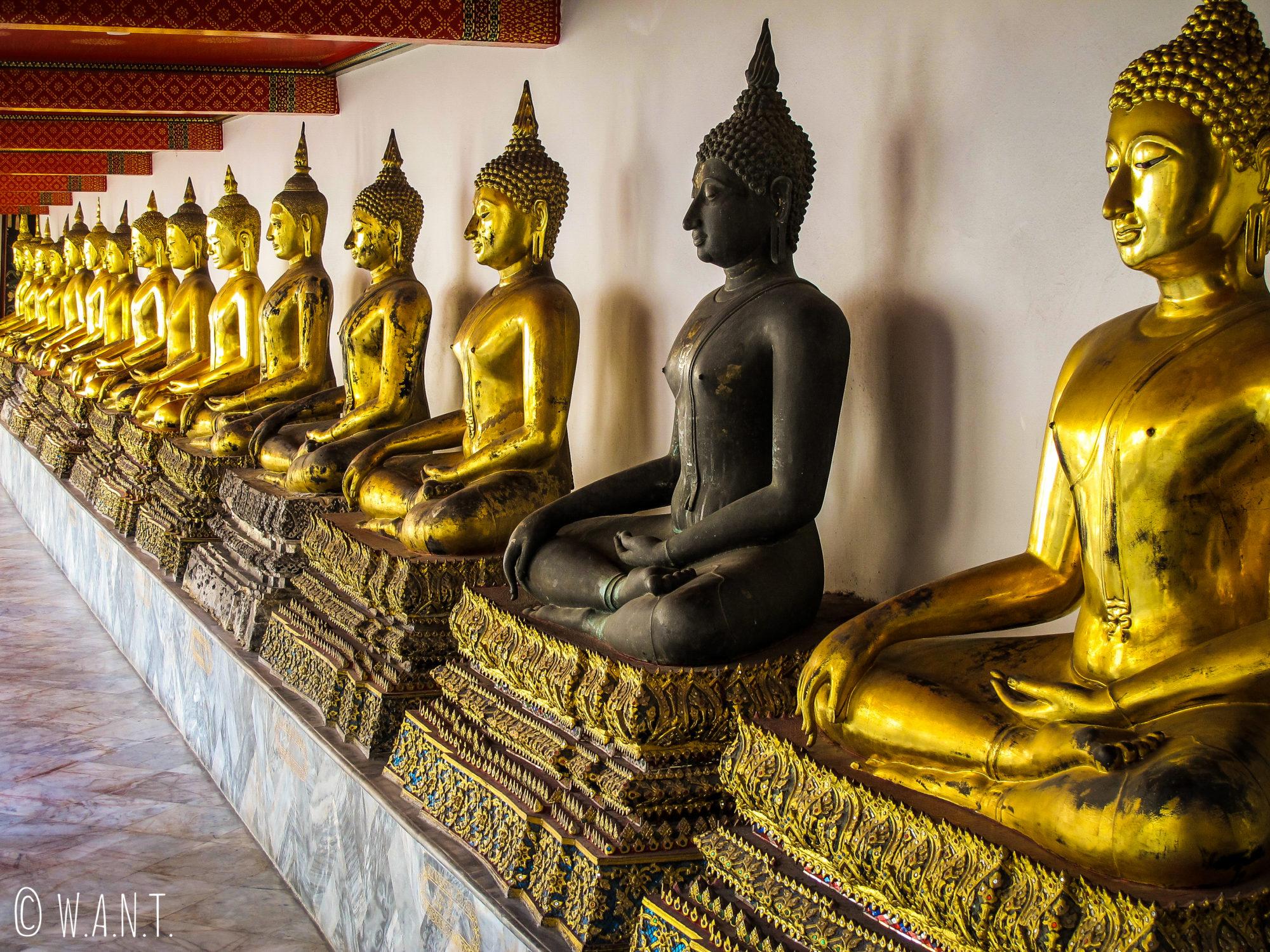 Statues de Bouddha alignées au Wat Pho de Bangkok