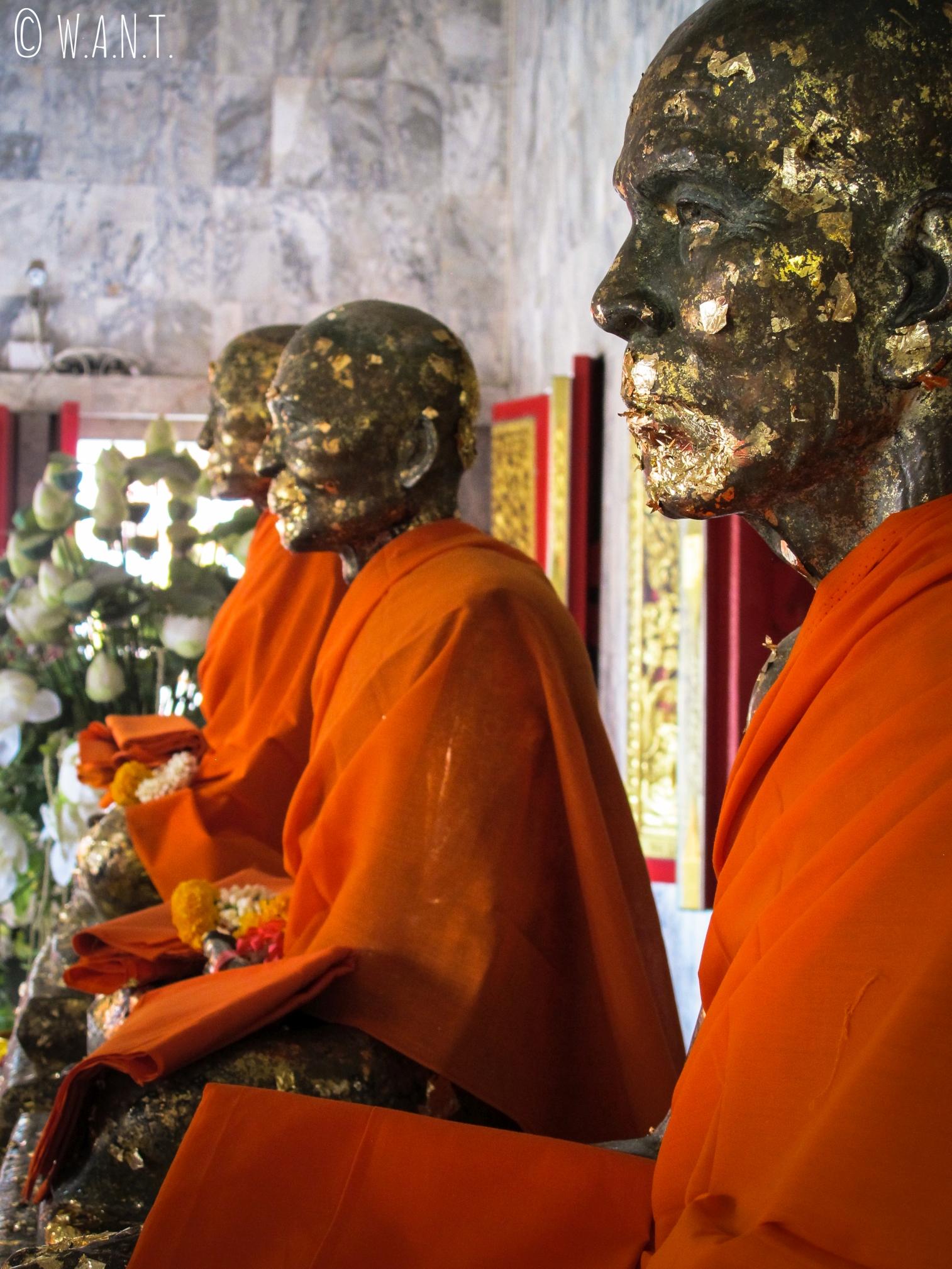 Statues de moines au temple de Chalong de Phuket