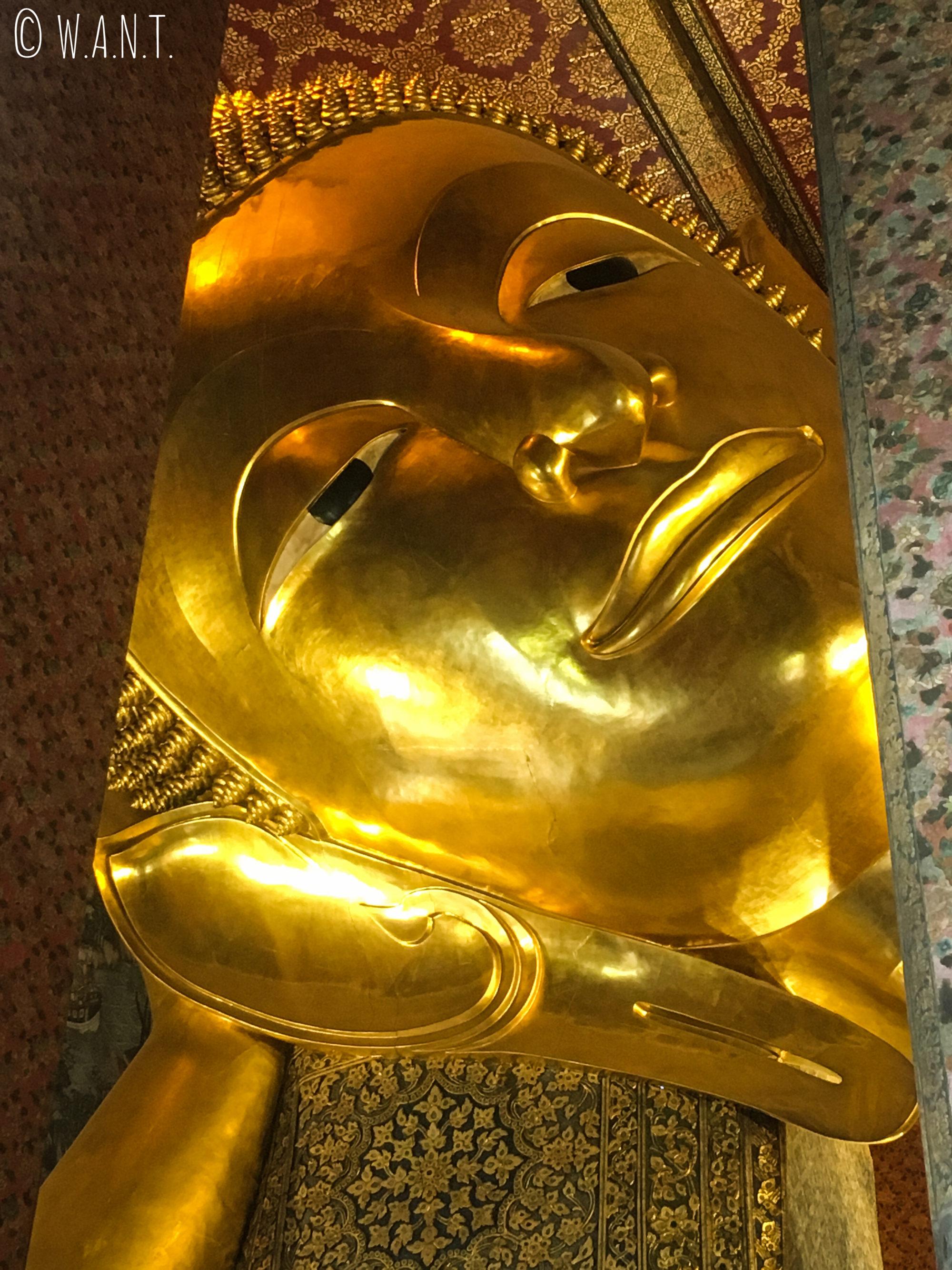 Tête du Bouddha couché au Wat Pho de Bangkok