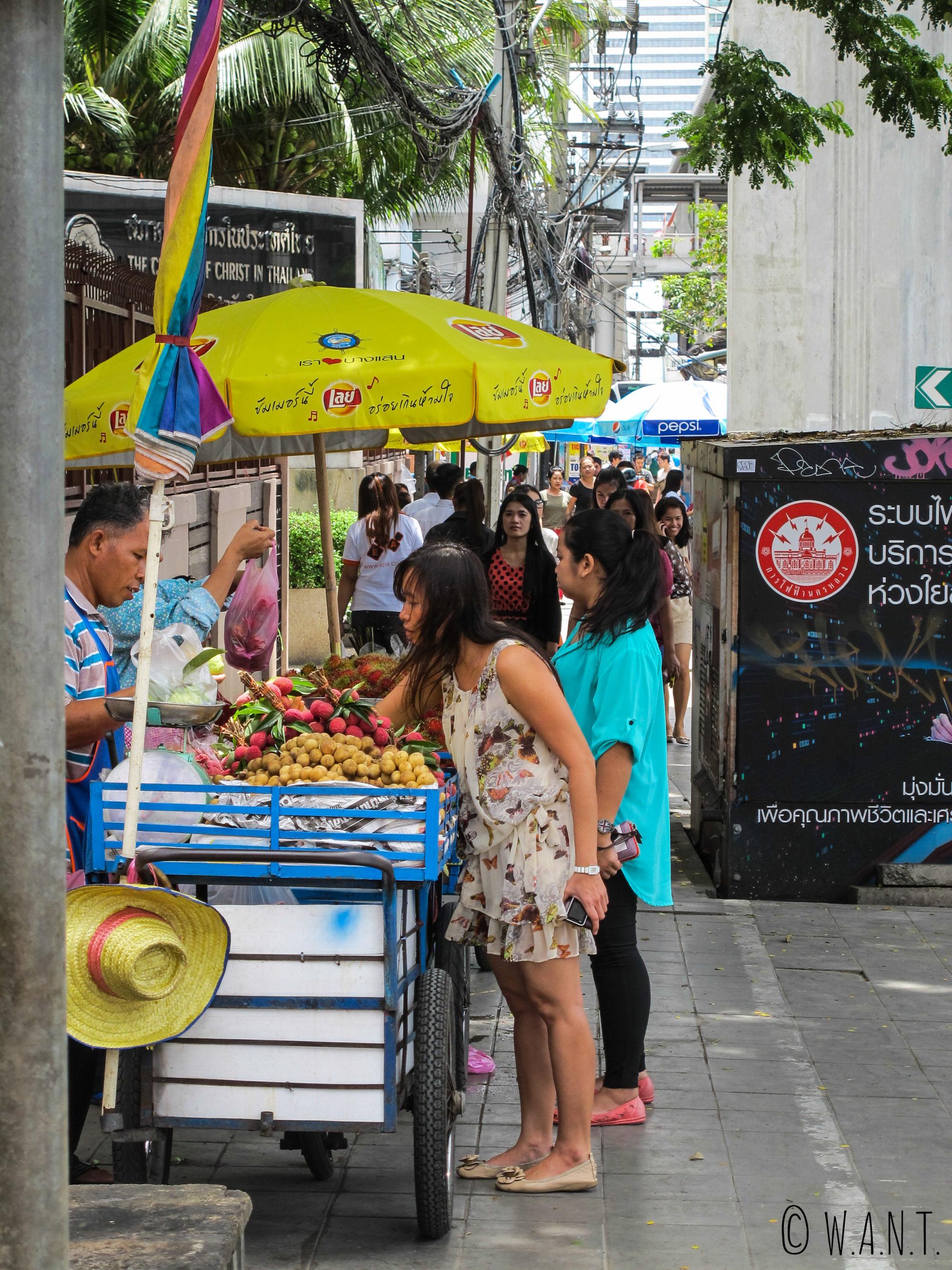 Vendeurs de fruits dans les rues de Bangkok