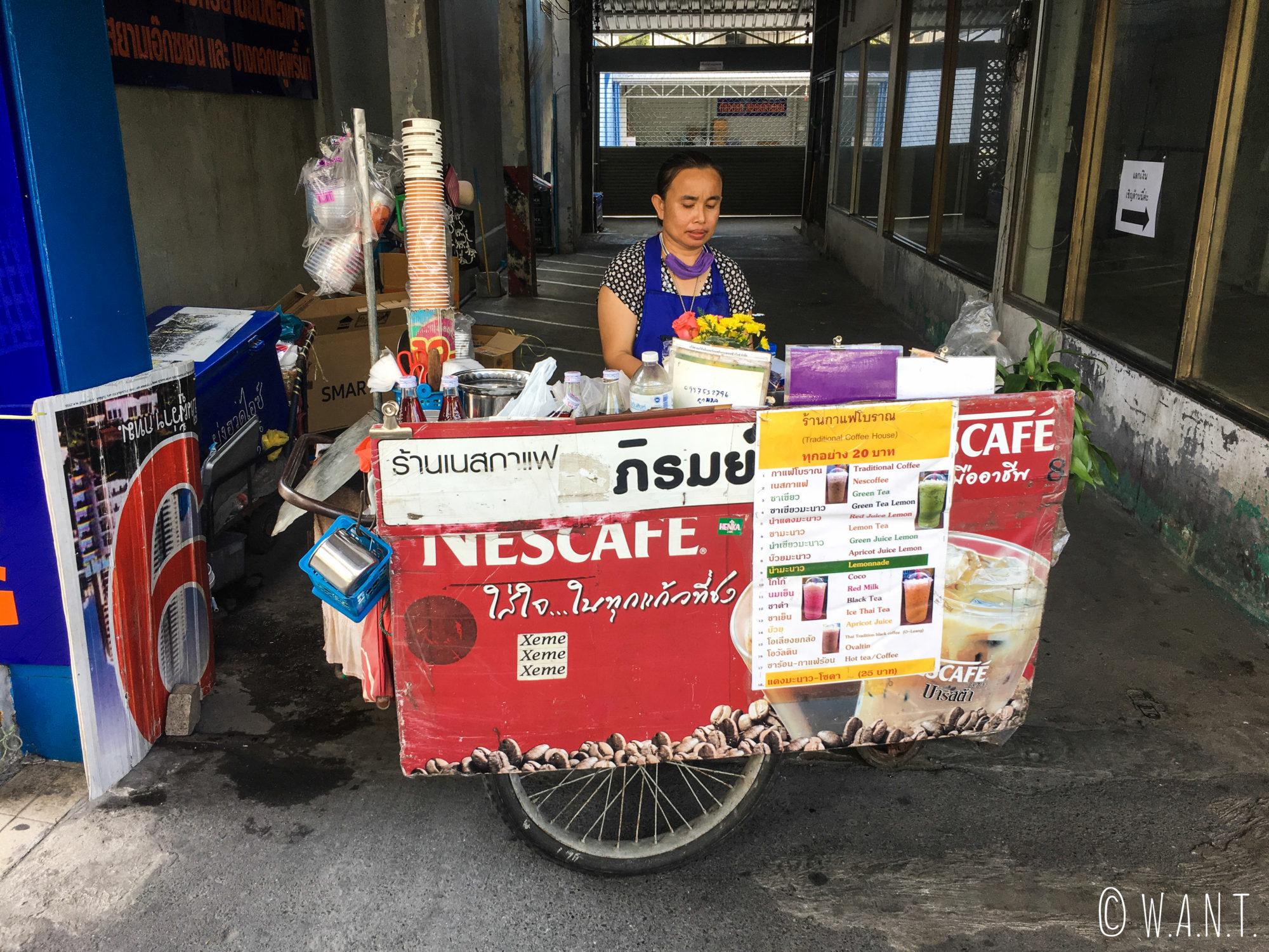 Vendeuse de jus dans la rue à Bangkok