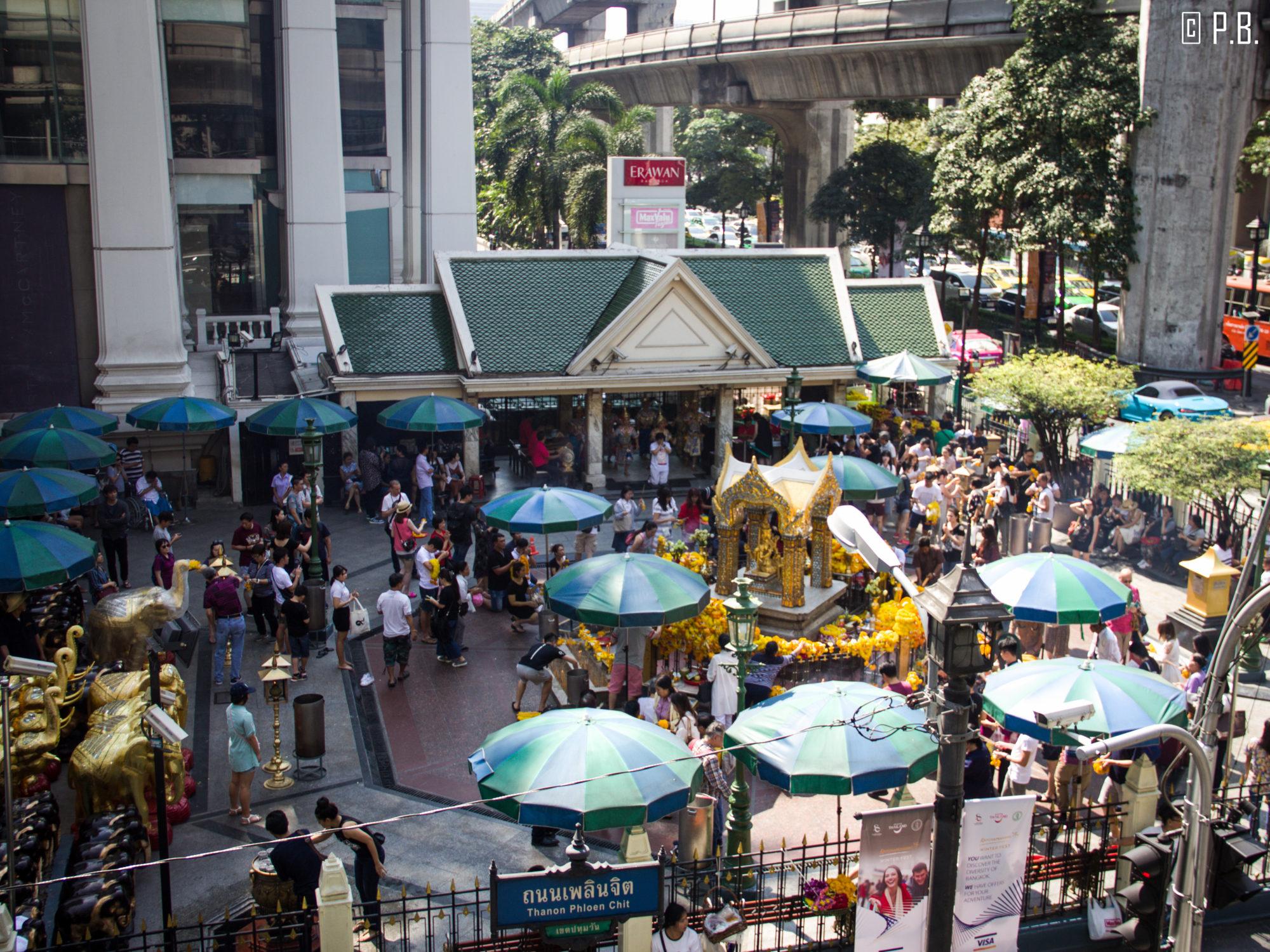 Vue depuis le skywalk sur le temple Erawan à Bangkok