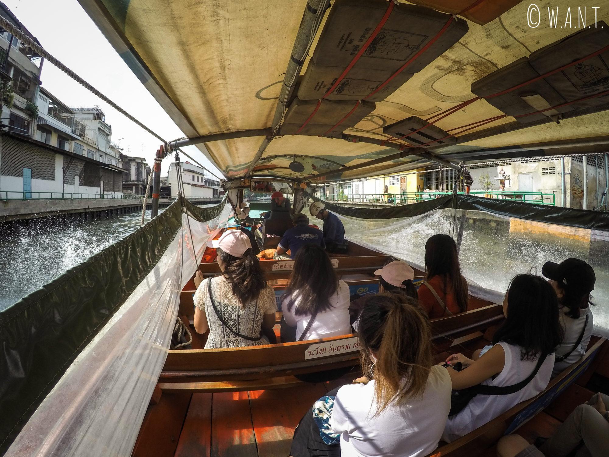 Vue depuis l'intérieur du bateau-bus à Bangkok