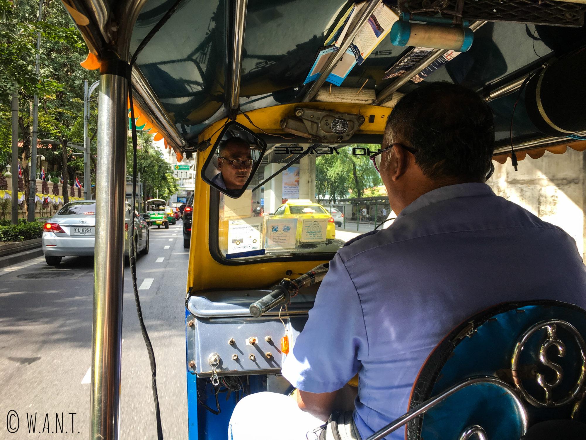 Vue depuis l'intérieur d'un tuk-tuk dans les rues de Bangkok
