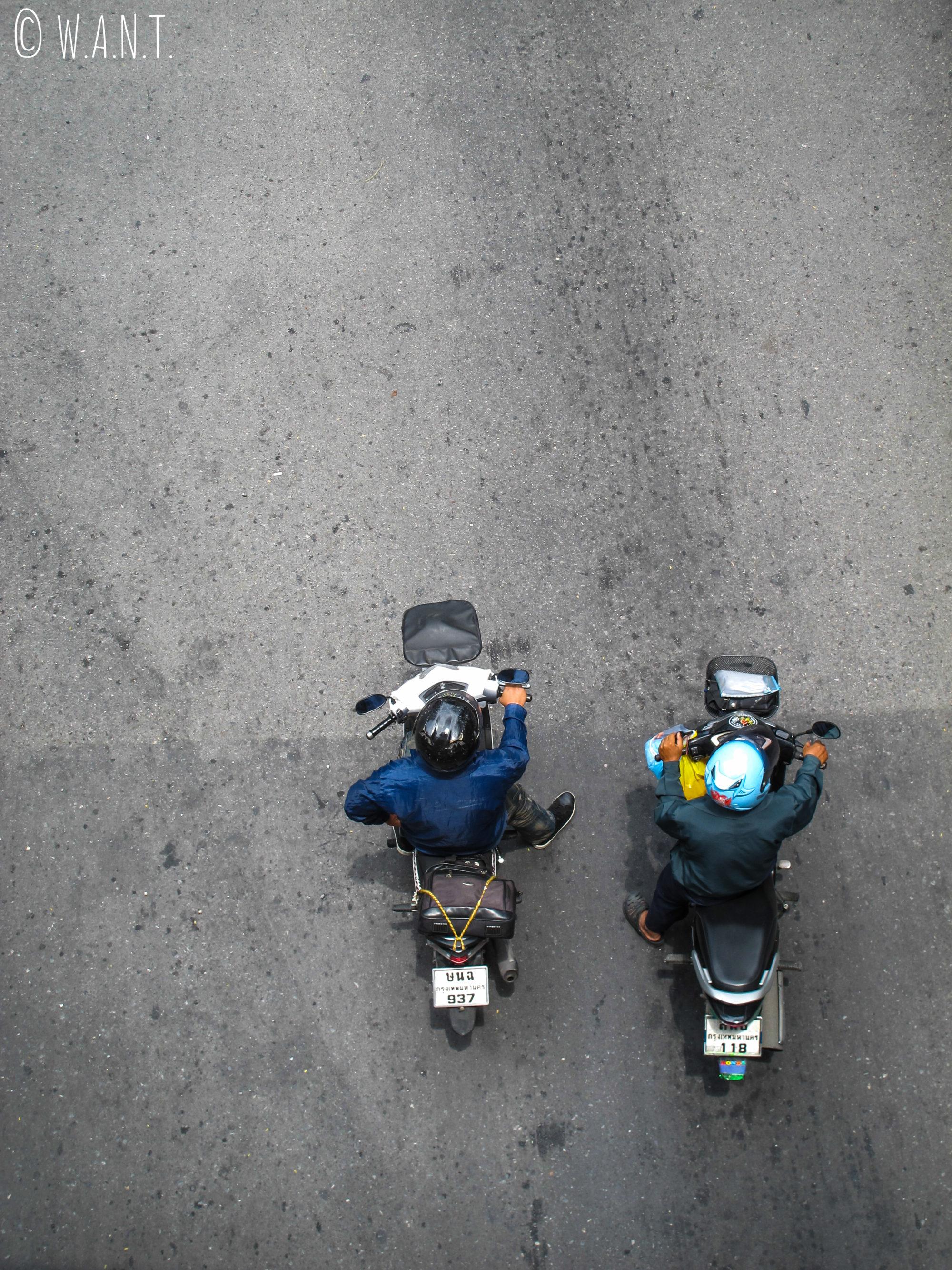 Vue en plongée sur des motos dans les rues de Bangkok